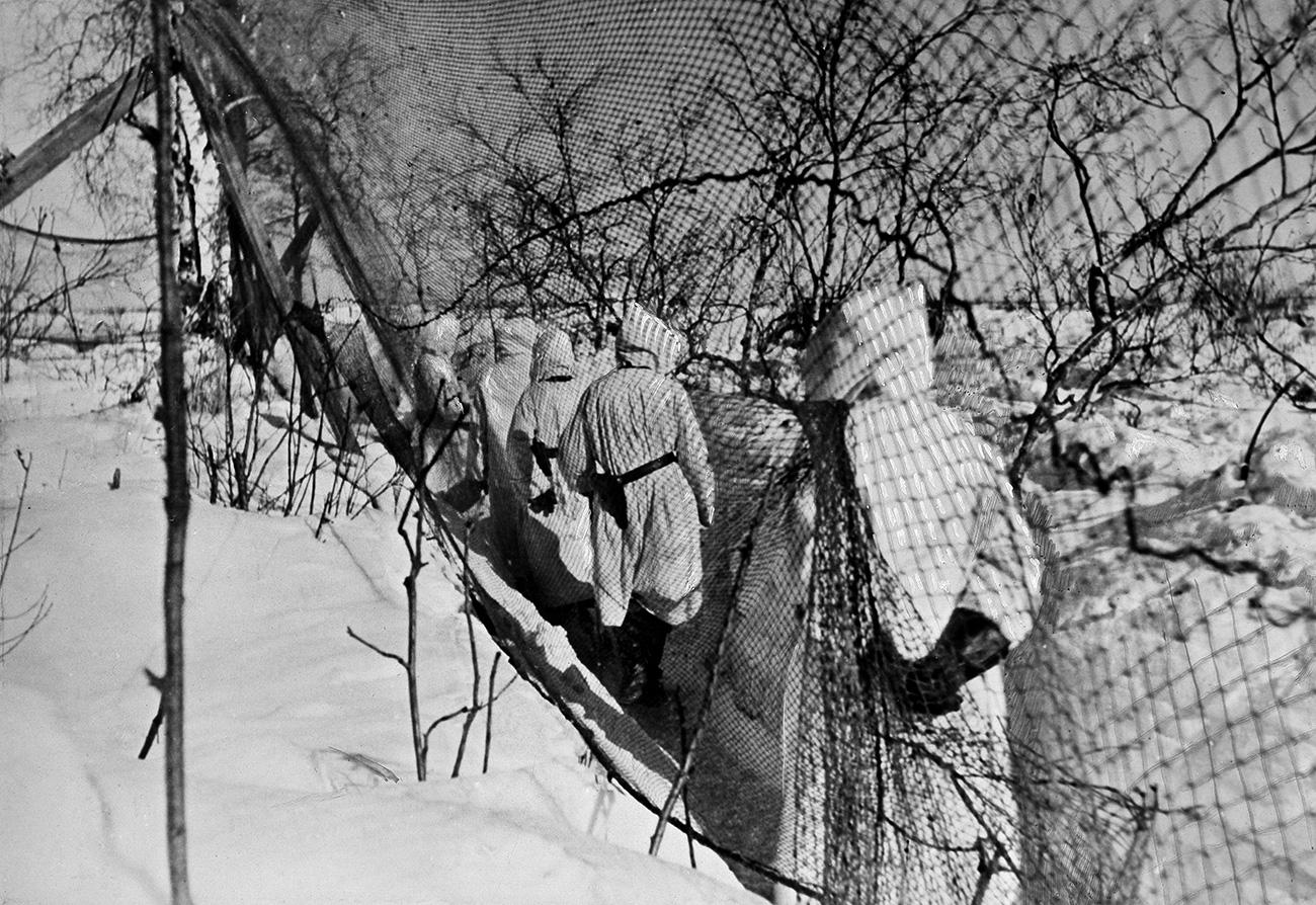 I confini della città e il Fronte orientale erano protetti da soldati con i fucili mitragliatori, che d'inverno si mimetizzavano, indossando delle tute bianche per confondersi con la neve
