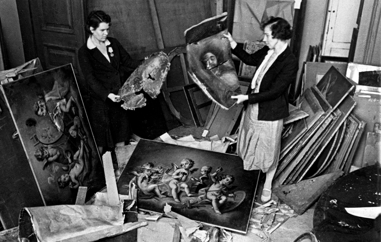 Non vi erano solo le persone da proteggere: i dipendenti del Museo dell'Ermitage cercavano di preservare gli inestimabili capolavori delle loro collezioni d'arte. Durante il conflitto le tele erano state staccate dalle cornici e sistemate nelle cantine del museo