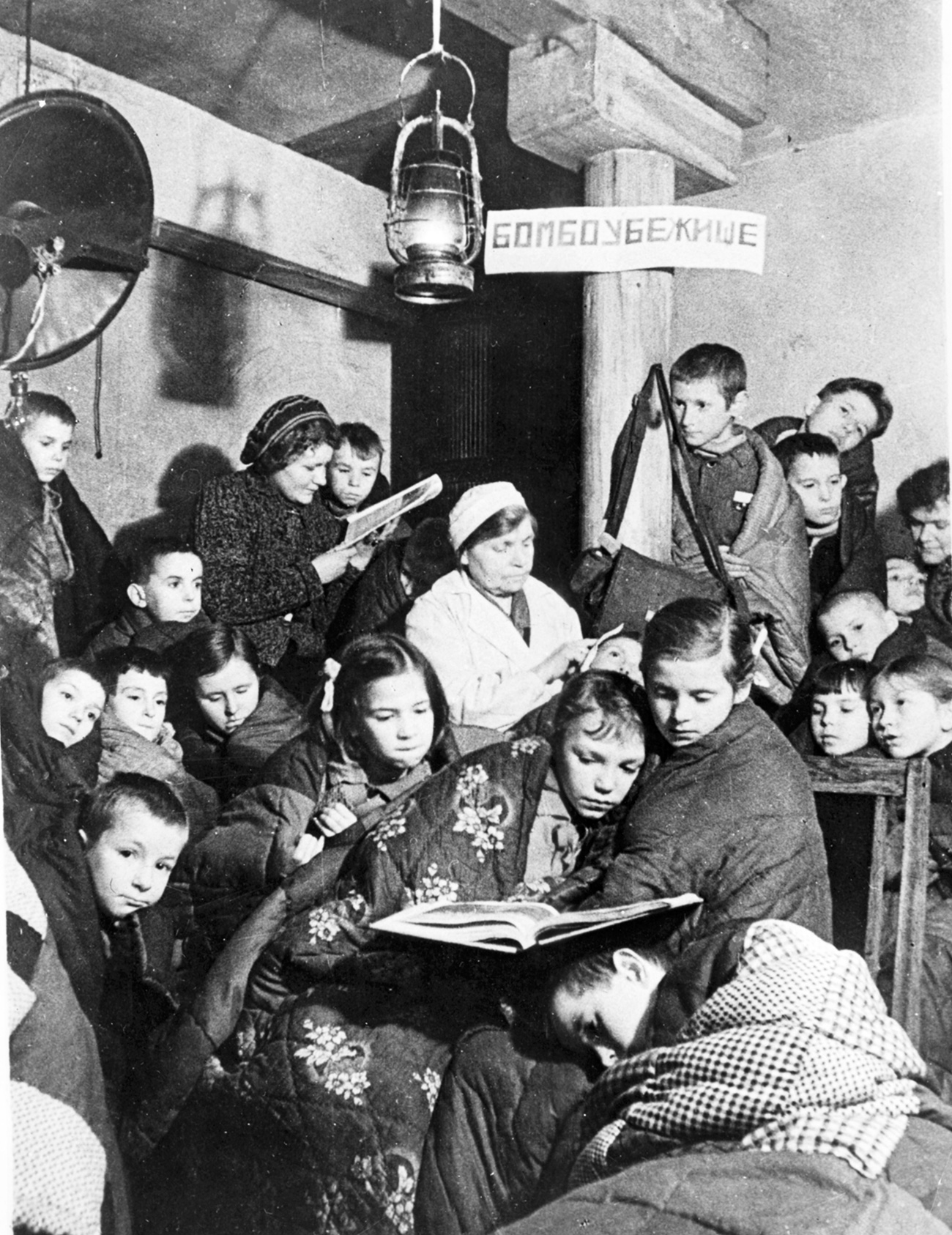 Nelle cantine, trasformate in rifugi antiaerei, si rifugiavano anche le persone