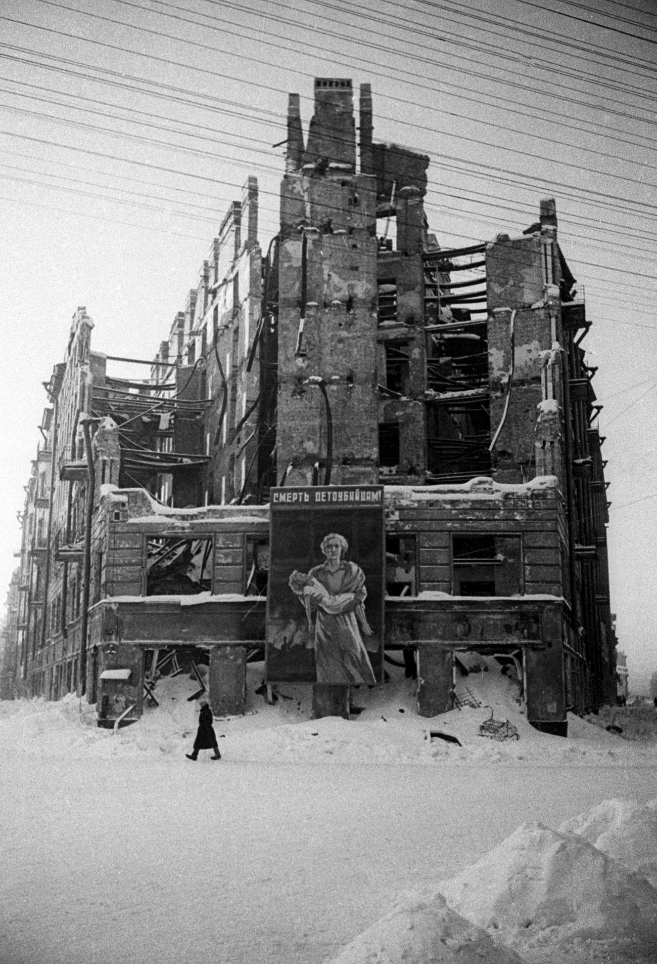 Dopo le incursioni aeree nei palazzi si aprivano enormi squarci causati delle bombe. Per segnalare le zone a rischio e celare un po' l'orrore delle devastazioni venivano appesi dei manifesti sugli edifici