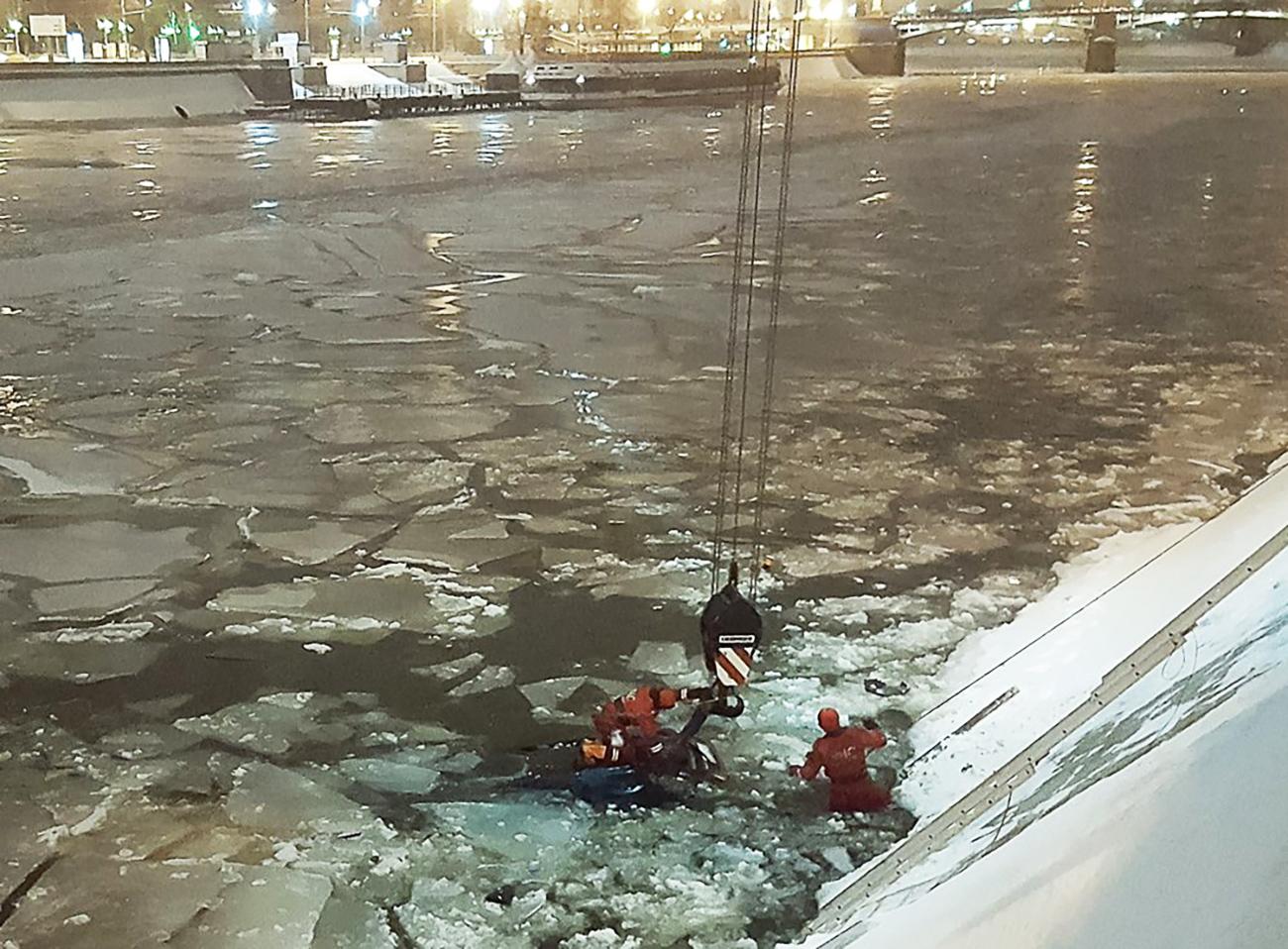 Seorang polisi segera terjun ke dalam sungai yang membeku untuk menyelamatkan sang korban.
