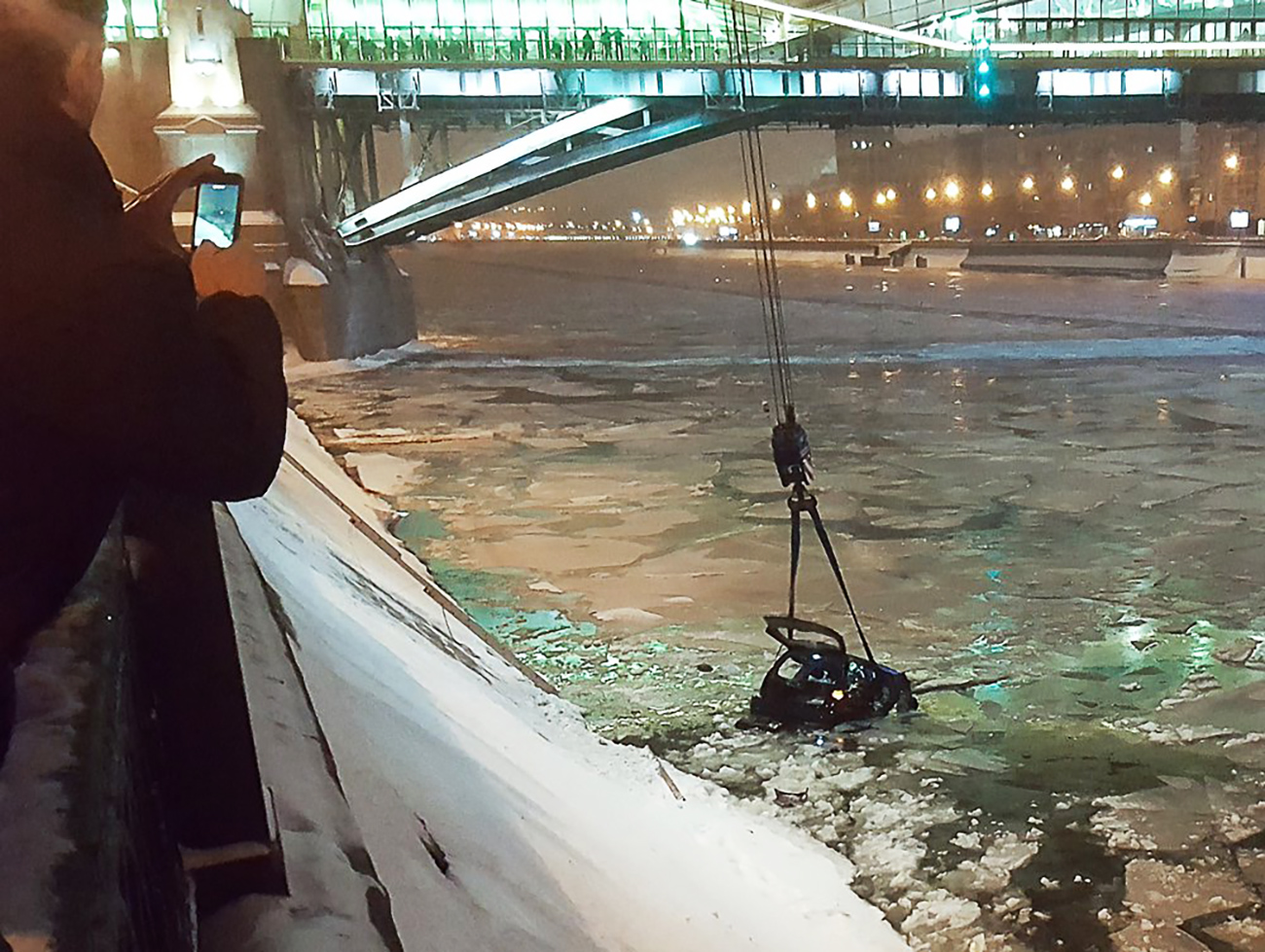 A traffic officer on the scene, 34-year-old Captain Alexei Konyaev, did not wait for rescuers to arrive, and instead jumped into the icy water and pulled the young lady out of the car to safety. Source: Moskva Agency
