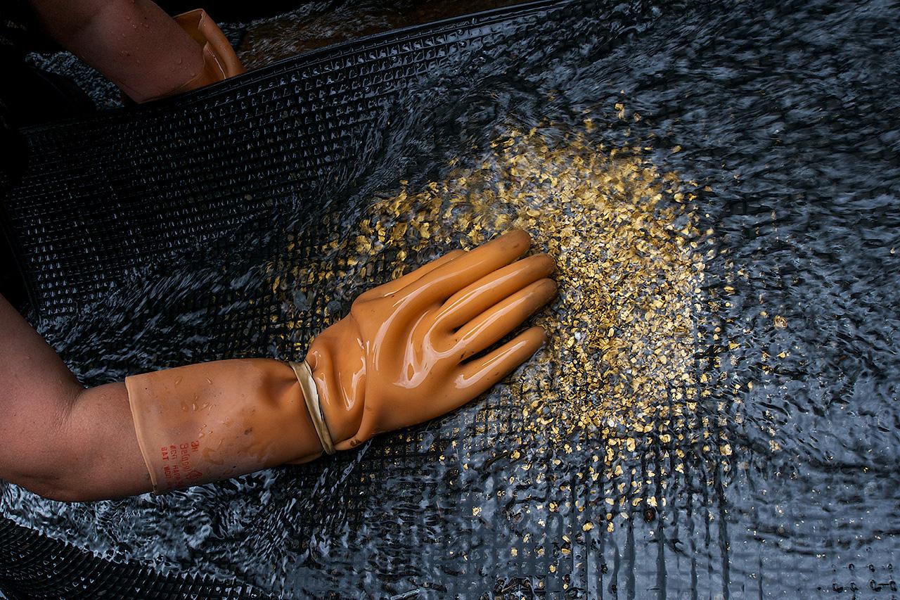 Das industriell gewonnene Gold wird von Zinn, Silber, Kupfer sowie Quecksilber gereinigt und zu Barren gegossen. Im nächsten Schritt wird darauf die Masse und die Probe markiert.