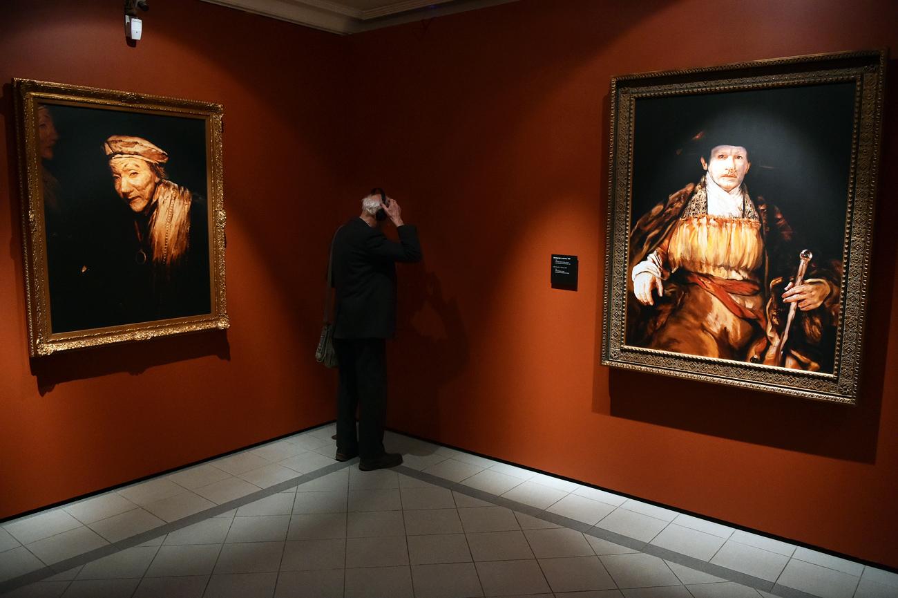 例えば、森村氏の多数の作品から成る連作「レンブラントの顔」は、オランダの偉大な画家の銅版画にインスパイアされた写真であり、美術館の本館に、レンブラントの自画像のオリジナルと並べて置かれている。またそこには、連作「新カプリチョス」も展示されている。フランシスコ・デ・ゴヤによる銅版画の連作のモチーフに基づいて制作されたものだ。