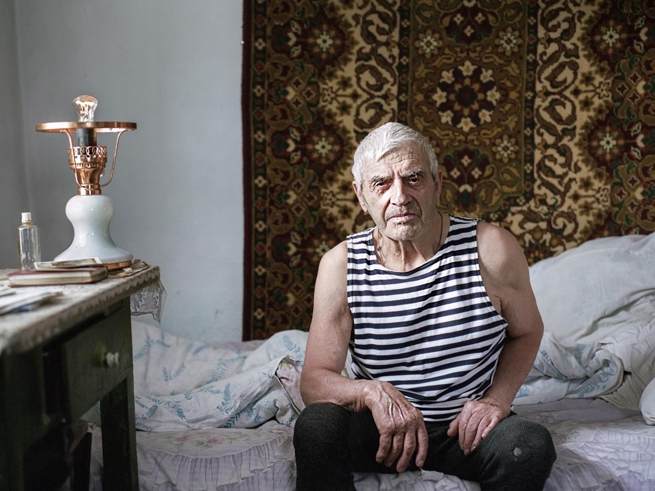 Olkhon è la più grande isola del lago Bajkal e l'unica a essere abitata. Qui vive Viktor, un anziano del posto: la sua giornata inizia alle 7 del mattino. Appena scende dal letto, Viktor accende la stufa per riscaldare la modesta abitazione nella quale vive