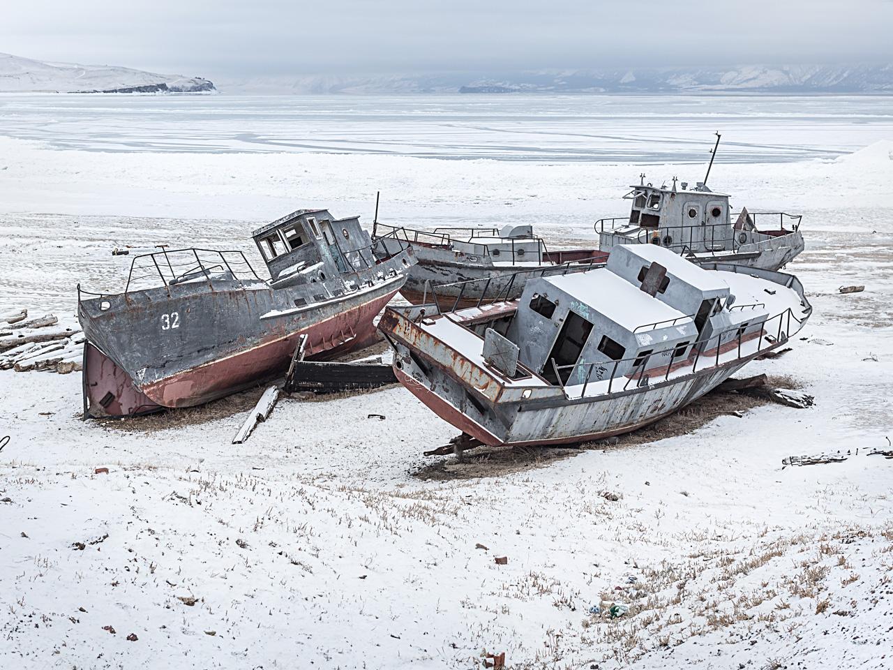 """Sull'isola capita di incrociare gli """"scheletri"""" di vecchi pescherecci abbandonati"""