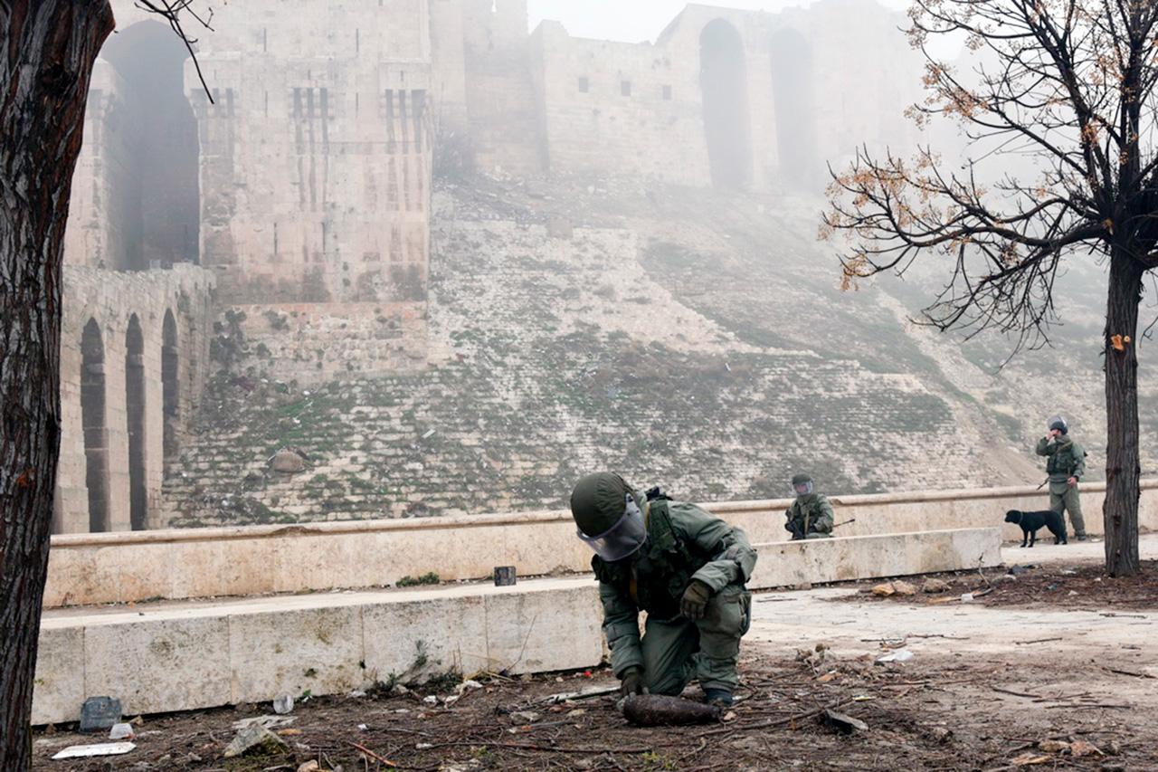 Према подацима Министарства одбране РФ, откако је ослобођен Алеп руски деминери су очистили од мина око 2.000 хектара земље, 680 километара градских улица и око 3.300 зграда.