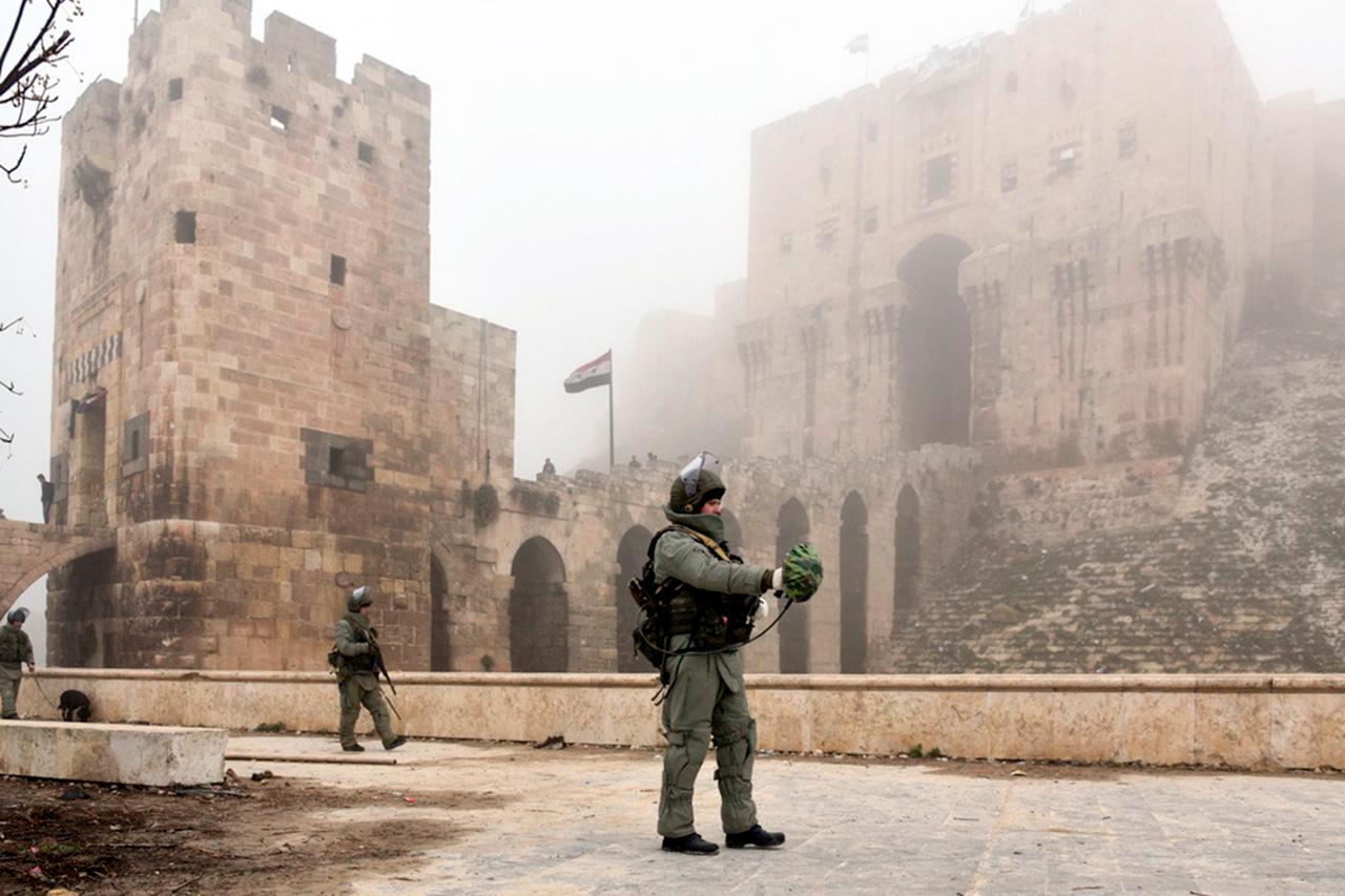 """Пронађено је и неутралисано преко 13.000 експлозивних направа ручне израде које су припадници """"Исламске државе"""" поставили у стамбене и историјске четврти Алепа."""