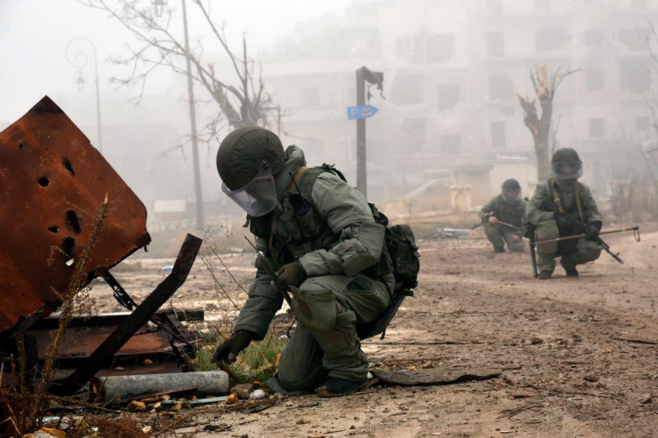 Pasukan penjinak bom dilindungi oleh unit kepolisian militer dari Republik Chechnya yang juga bertugas mengawasi ketertiban umum, serta mengawal bantuan kemanusiaan bagi warga Aleppo selama masa transisi.