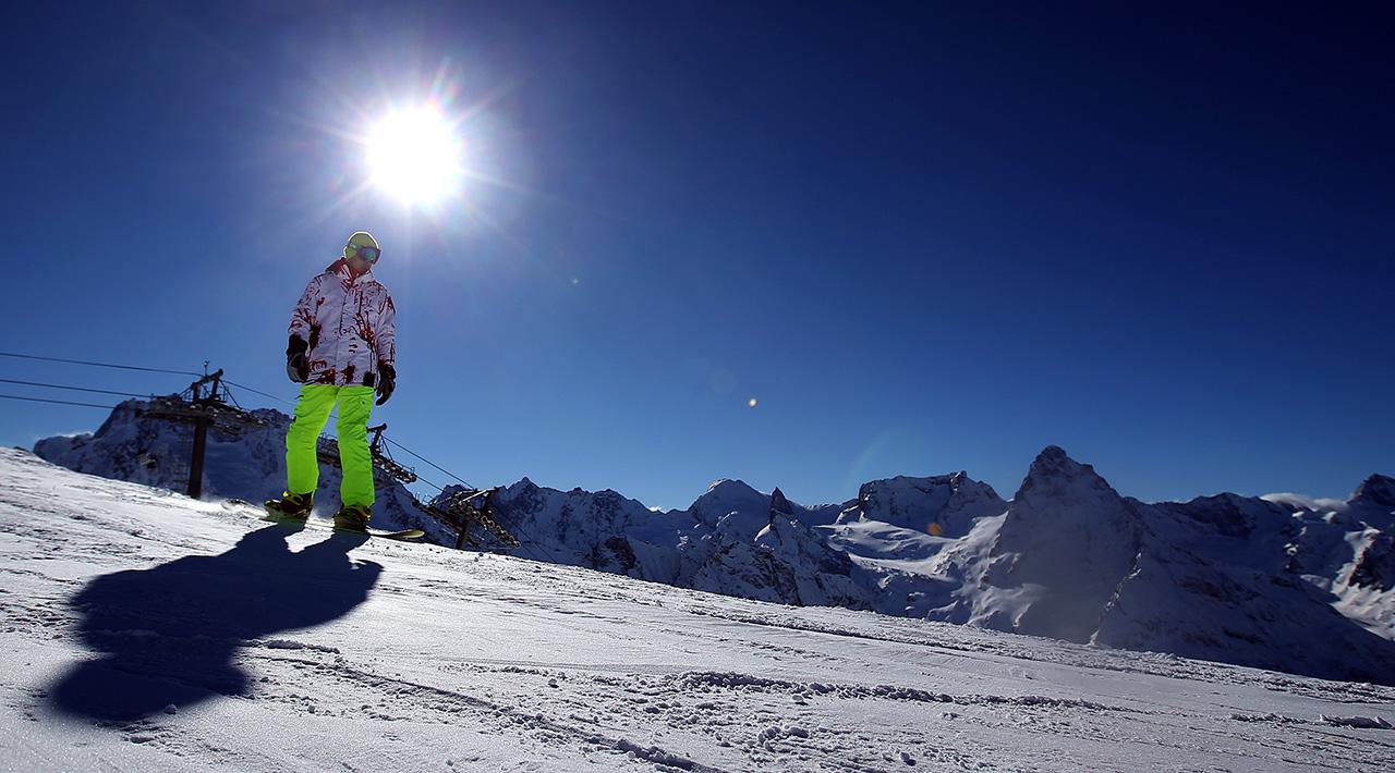 La stazione sciistica Dombaj si trova a 1.600 metri di altitudine, alla confluenza di tre fiumi. Sulla vetta più alta, la Mussa-Achitara (3.012 metri), si trovano dieci piste di diversi livelli di difficoltà