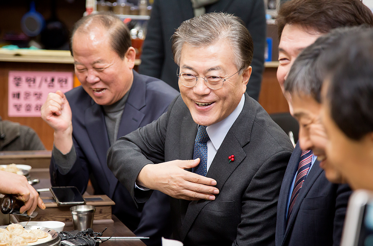 Moon Jae-In (C) has a good chance of becoming the next South Korean President.