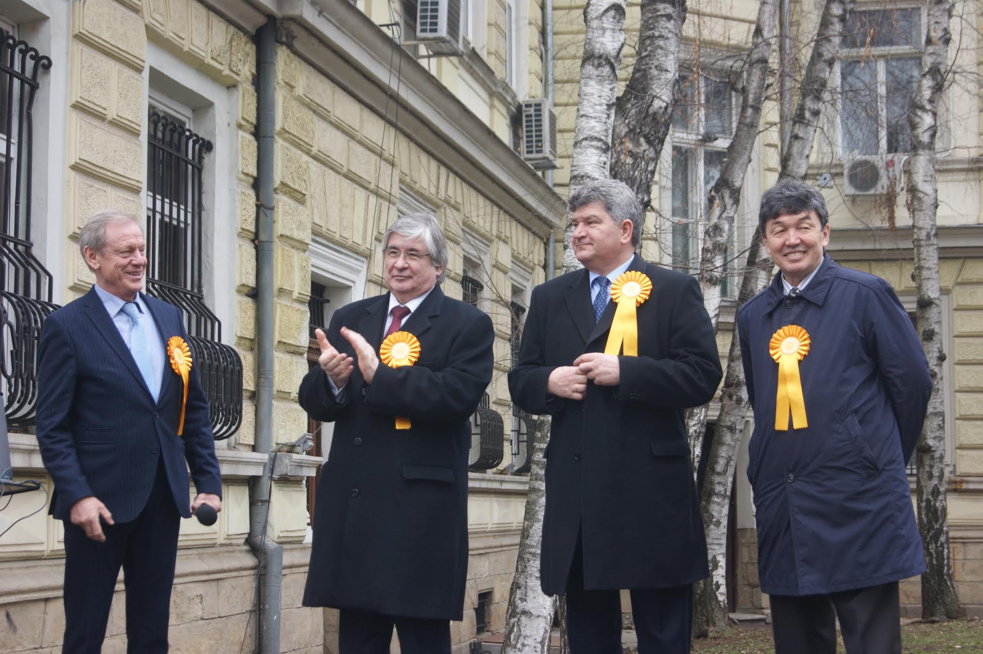 Посланиците на Русия (Анатолий Макаров), Беларус (Владимир Александрович) и Казахстан (Темиртай Избастин) празнуват Масленица в София.