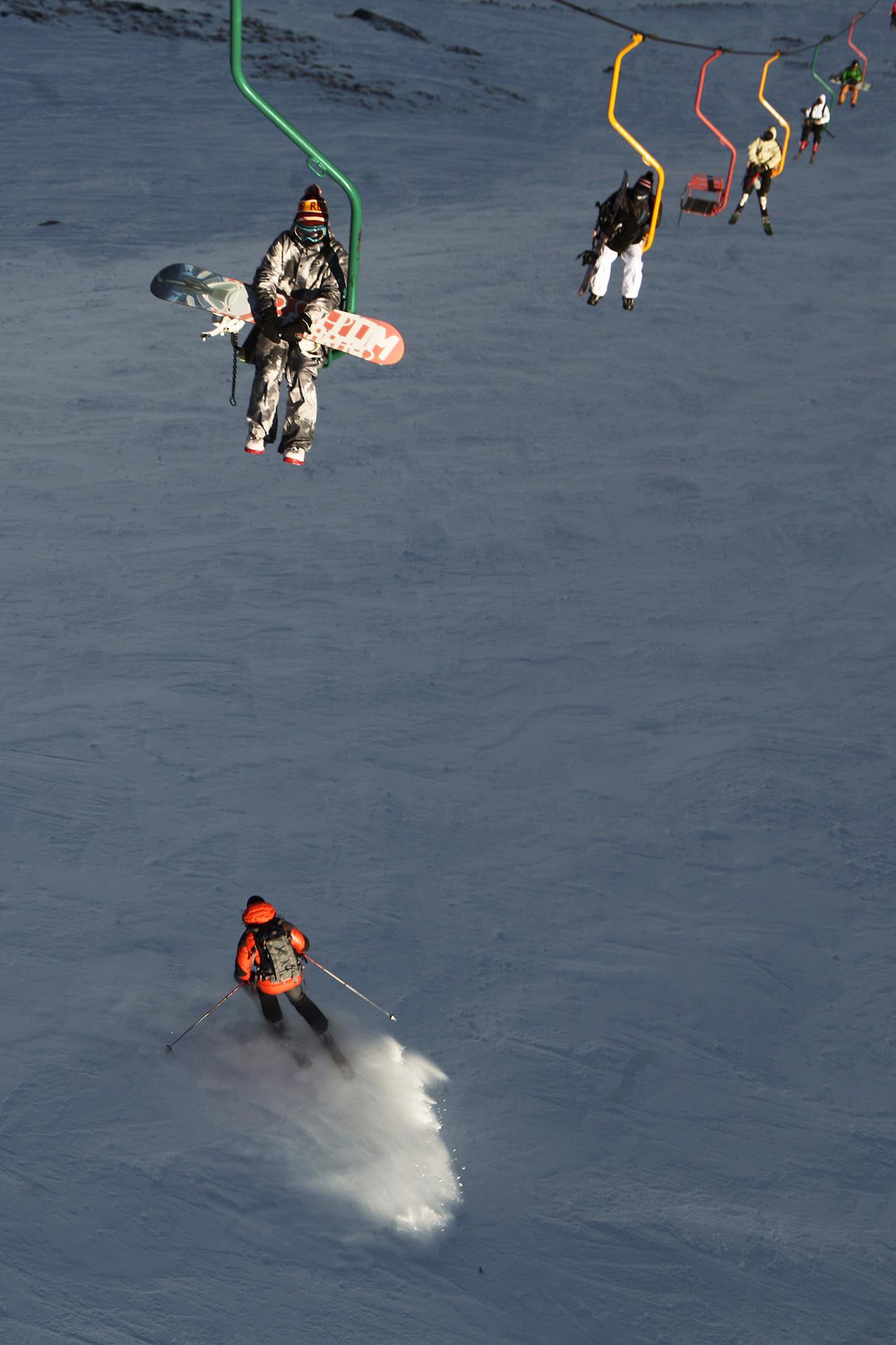 """La stazione sciistica di Cheget si trova a sud del Caucaso e accoglie gli sciatori da novembre a maggio. Inaugurata negli anni Sessanta, si è guadagnata la fama di impianto """"estremo"""": le piste arrivano a un'inclinazione di 45 gradi e in alcuni tratti non riesce a passare nemmeno il gatto delle nevi. Chi trova il coraggio si spingersi con gli sci su questa vetta viene ricompensato da un panorama davvero mozzafiato"""
