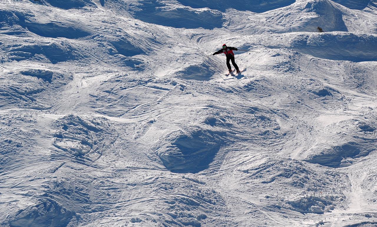 Il monte Sobolinaya si trova a un'altitudine di 1.004 metri sulla riva meridionale del lago Bajkal. La stagione sciistica dura circa sette mesi, da novembre a maggio. Il tragitto più comodo per arrivare è passando per Irkutsk. In alternativa si può arrivare in treno attraverso la Bajkal-Amur: un'opzione di viaggio sicuramente meno rapida ma che offre panorami molto suggestivi