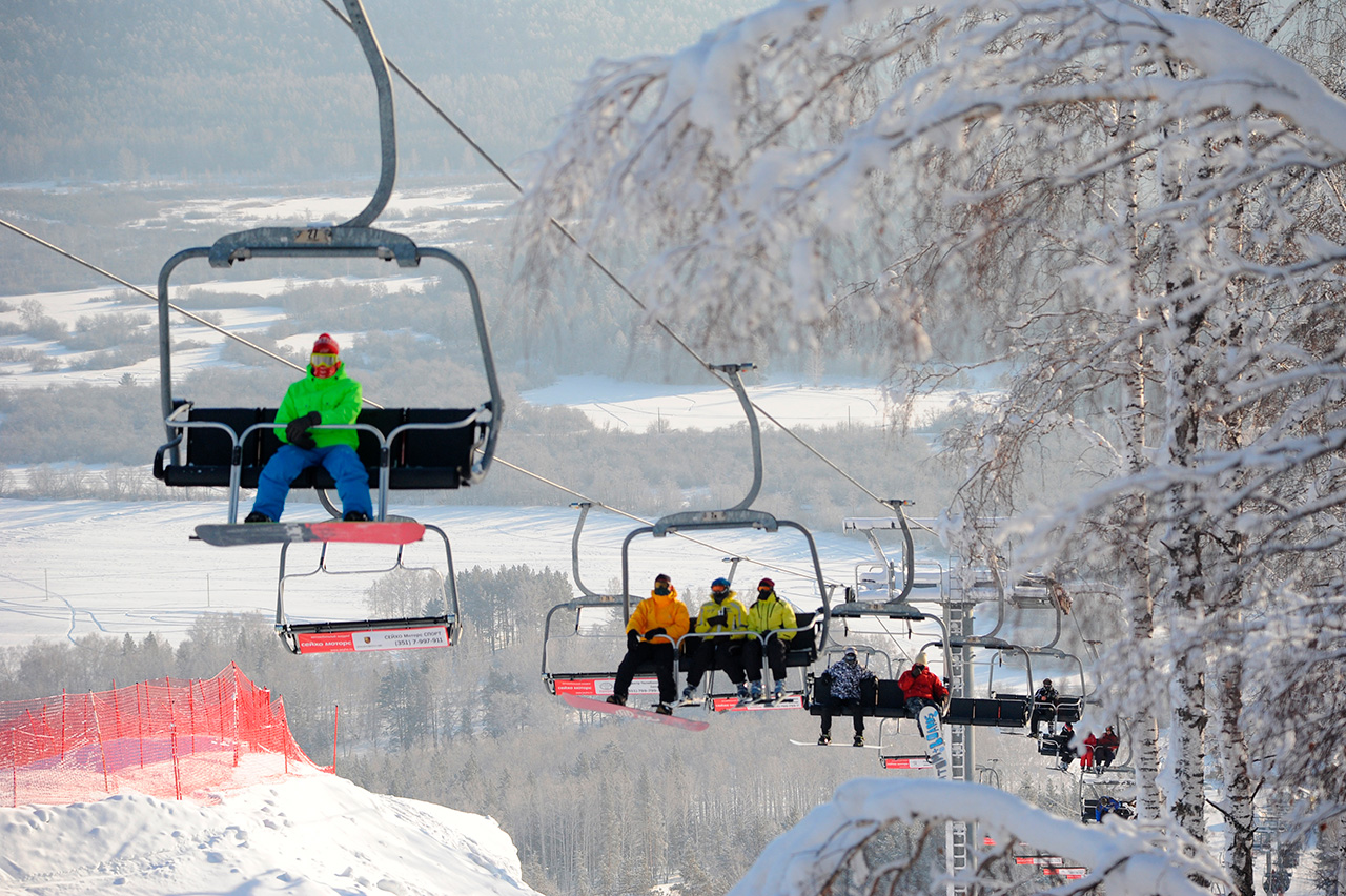La stazione sciistica di Solnechnaya Dolina si trova nella città di Miass, a 1.700 chilometri da Mosca, negli Urali meridionali. Oltre allo sci e allo snowboard, i visitatori possono fare passeggiate a cavallo e su slitte trainate da cani