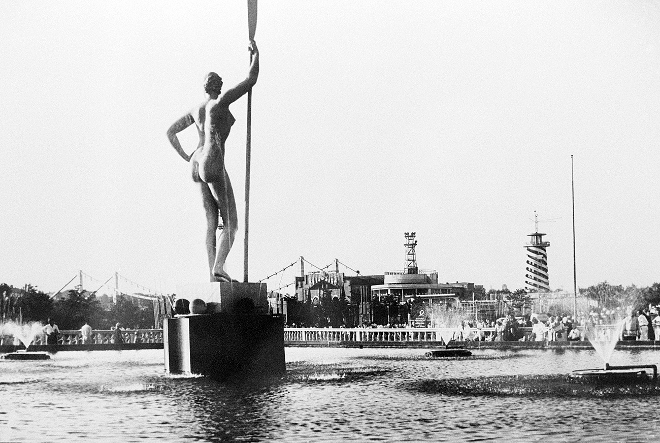 Moscow. USSR. A girl with an oar sculpture installed over the park's central fountain, 1935 Source: Naum Granovsky/TASS