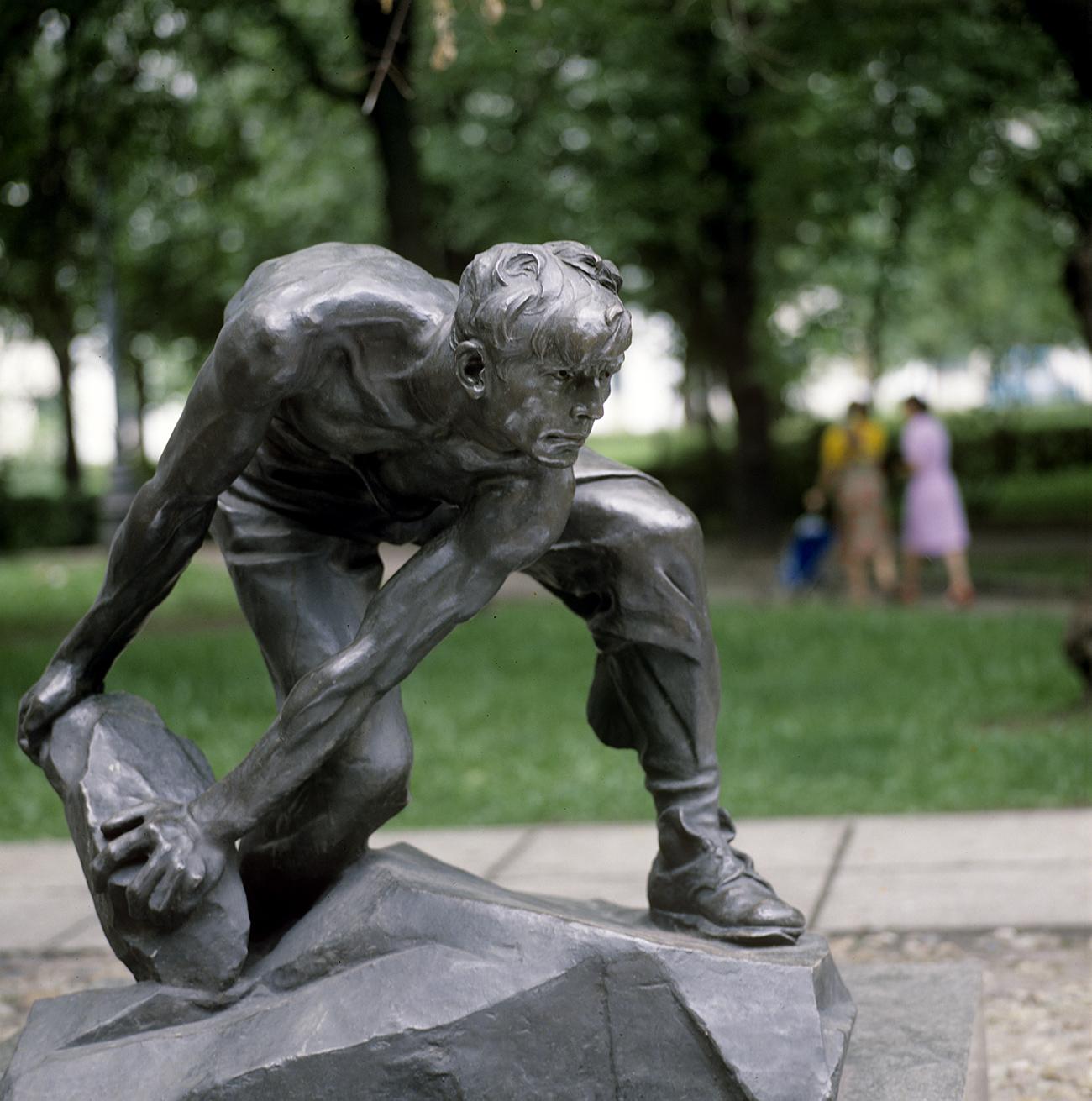 "Statue ""Stone as a weapon of the proletariat"". Built in 1967. Sculptor - Ivan Shadr, architect - Mikhail Kazarnovsky. Source: Ivanov/RIA Novosti"