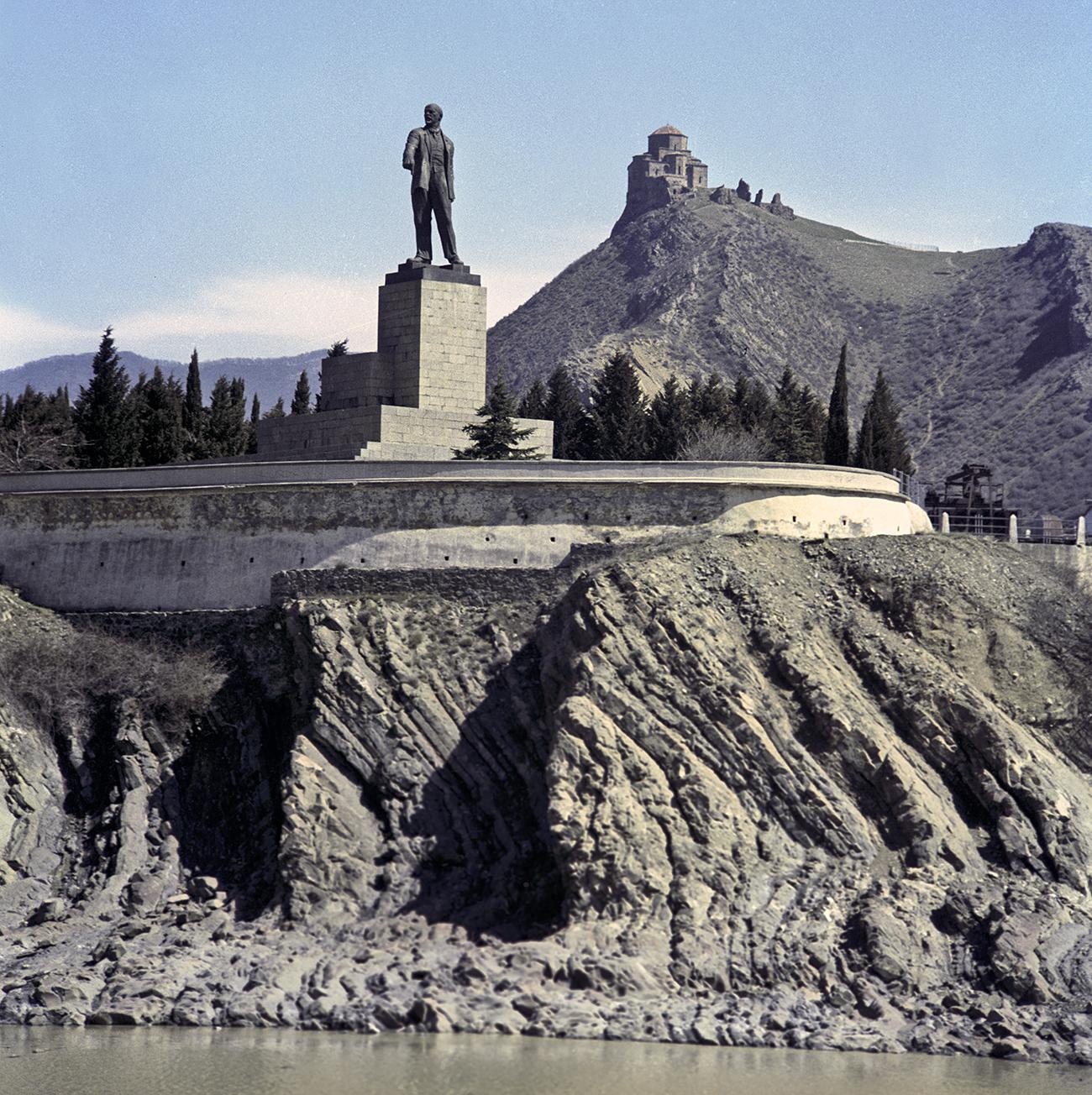 Monument to Vladimir Lenin by the Zemo-Avchalskaya hydroelectric power plant. Sculptor Ivan Shadr, architects Anatoly Kalgin, Konstantin Leontyev, M. Machavariani, 1927. Dismantled in 1991. Source: Eduard Pesov/RIA Novosti