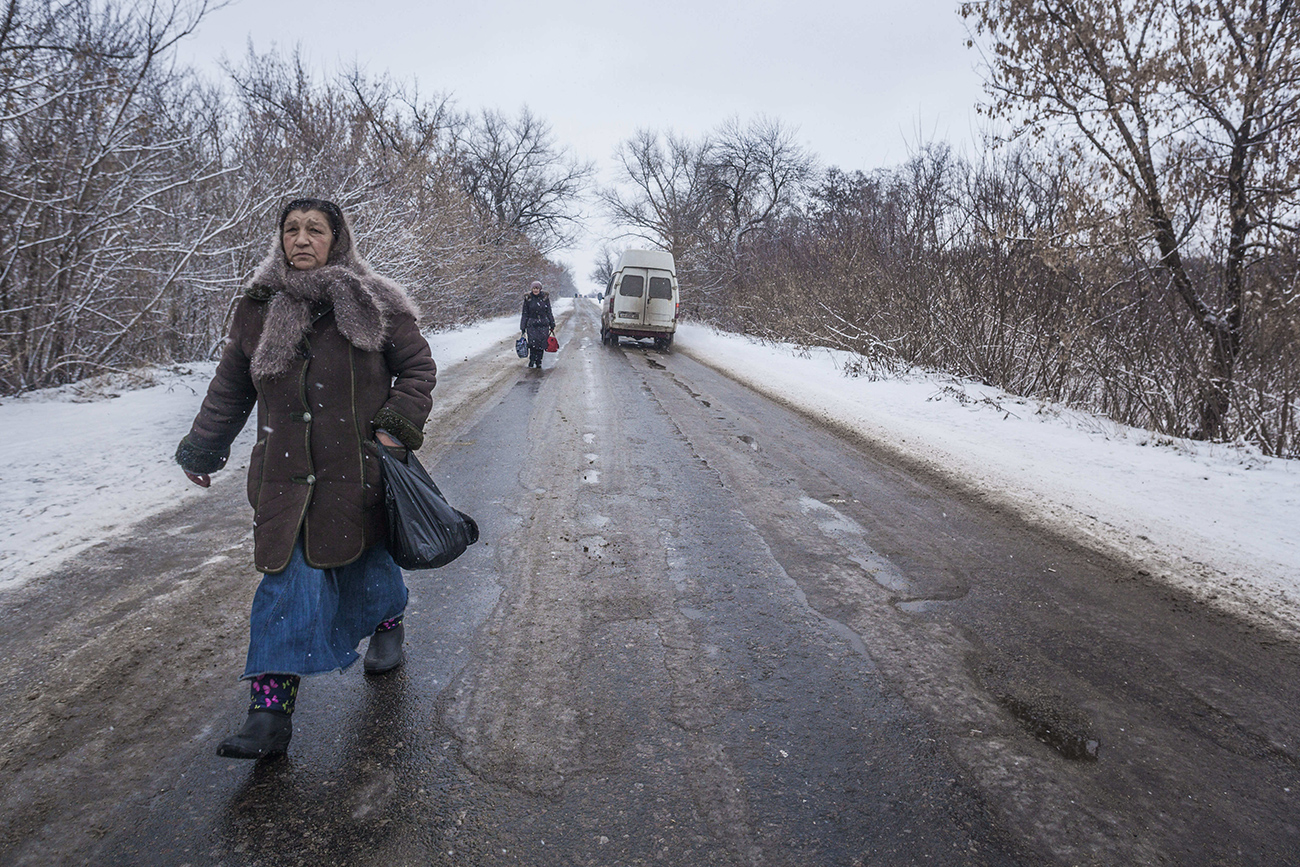 Gorlovka, Doneška oblast, Ukrajina - ženska na nikogaršnjem območju med nadzorno točko ukrajinske vojske in Doneško narodno republiko.\n