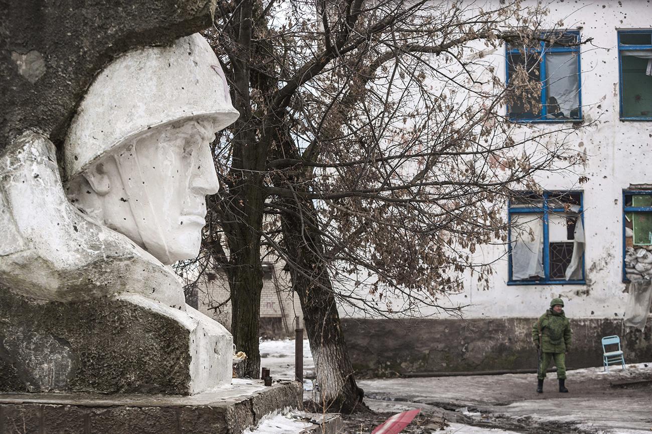 Sovjetski spomenik na frontni črti Zajceve, Ukrajina, 7. januarja 2017.