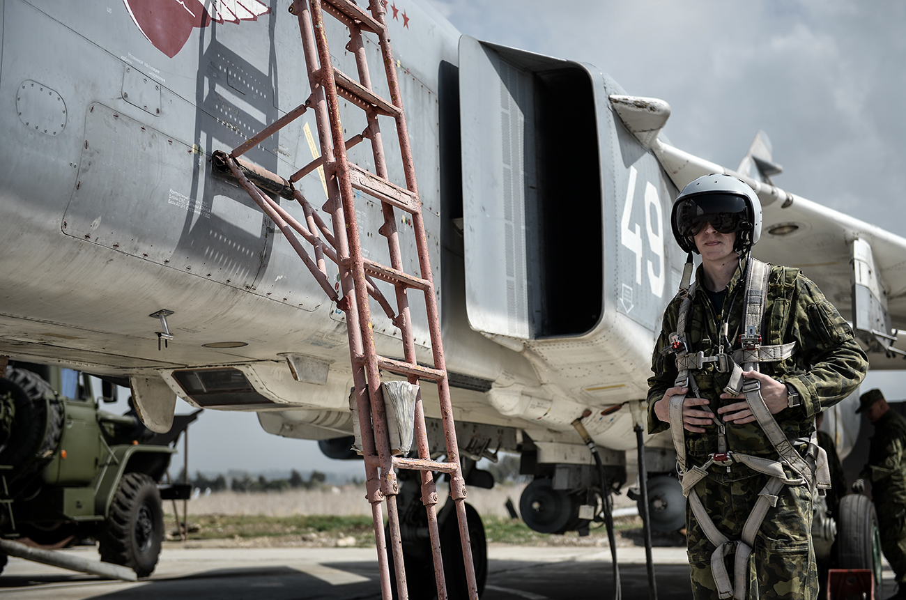 Пилот на Су-24 на руските Воздушно-космички сили во авиобазата Хмејмим во Сирија.
