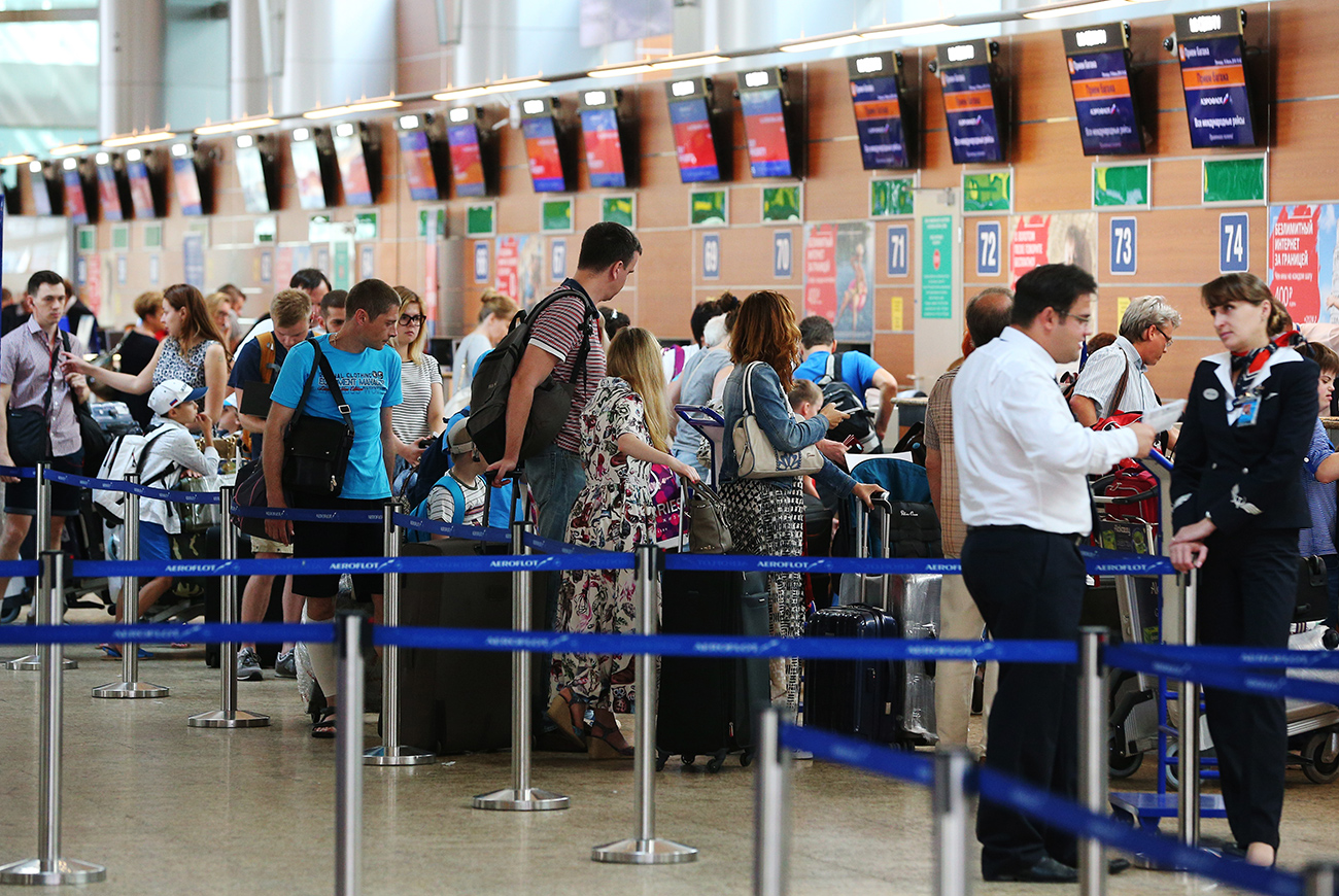 The market share of foreign airlines flying to Russia in 2016 and the beginning of 2017 has not changed in comparison with the same period last year. Photo: People queue at flight check-in desks at Moscow's Sheremetyevo International Airport.