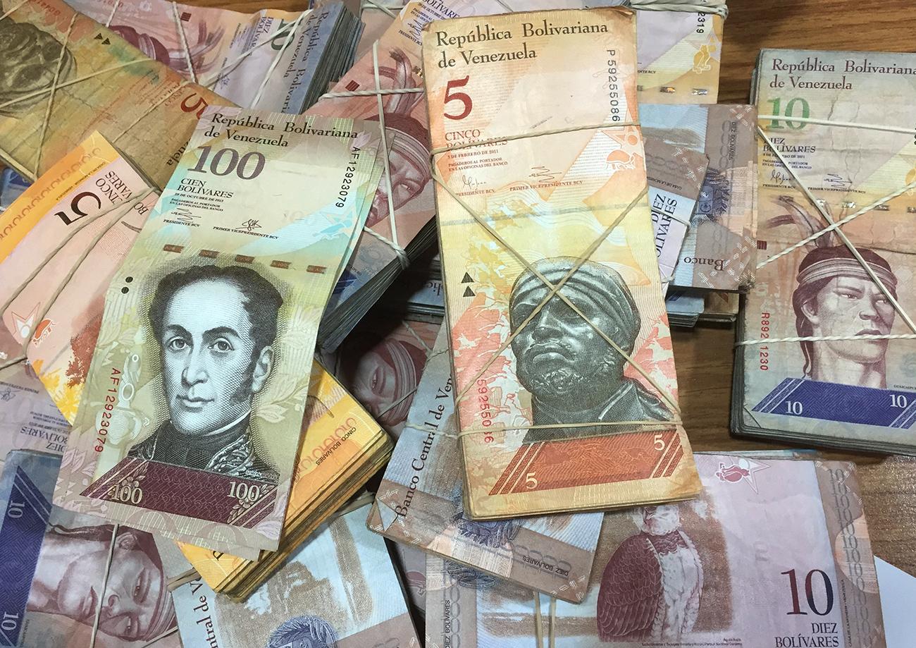 Após fechar a fronteira com Brasil e Venezuela para tentar conter contrabando, Maduro anunciou em dezembro de 2016 o fim da nota de 100 bolívares.