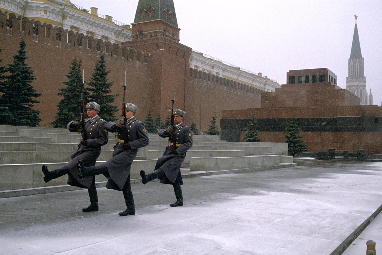 Corpo embalsado de Lênin é uma das principais atrações da Praça Vermelha, em Moscou