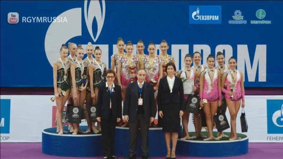 Посланикът на България в Москва Бойко Коцев награди нашите момичета на почетната стълбичка.