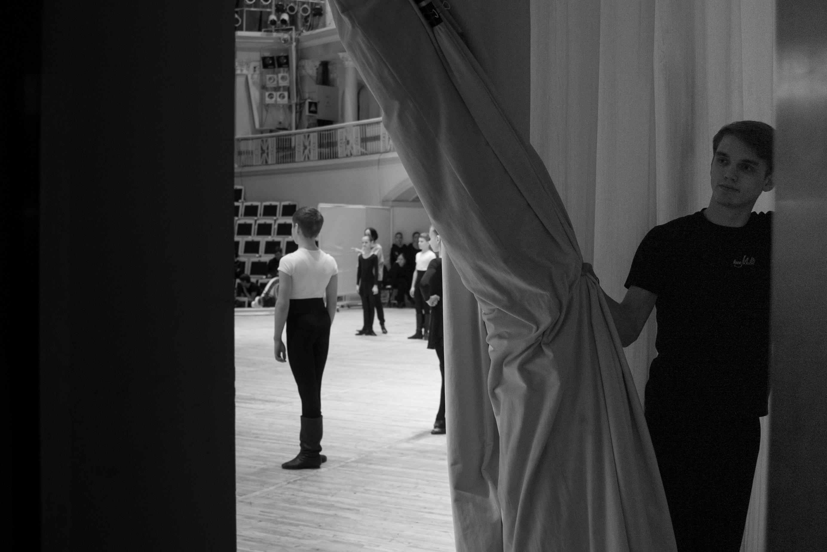 Dietro le quinte di un balletto portato in scena sulla coreografia di Igor Moiseev.