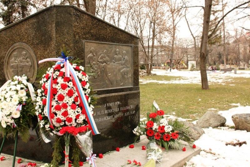 Признателни българи и руснаци поднесоха венци и цветя пред паметника на граф Игнатиев в София.