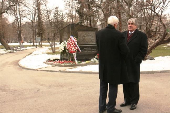 На събитието присъства руският посланик в София Анатолий Макаров (вдясно).\n