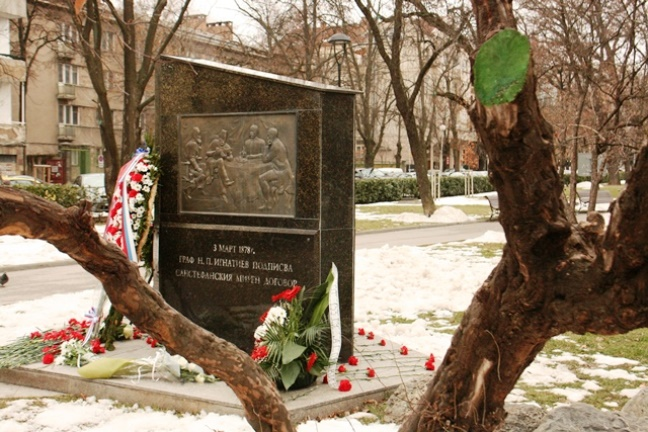Паметникът на граф Игнатиев в столичната Докторска градина.\n