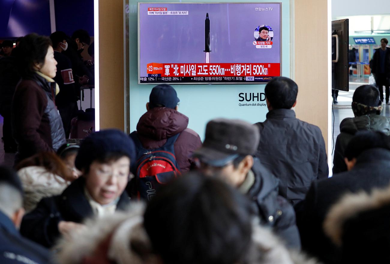 Des Sud-Coréens suivent le tir du missile balistique nord-coréen. Crédit: Reuters