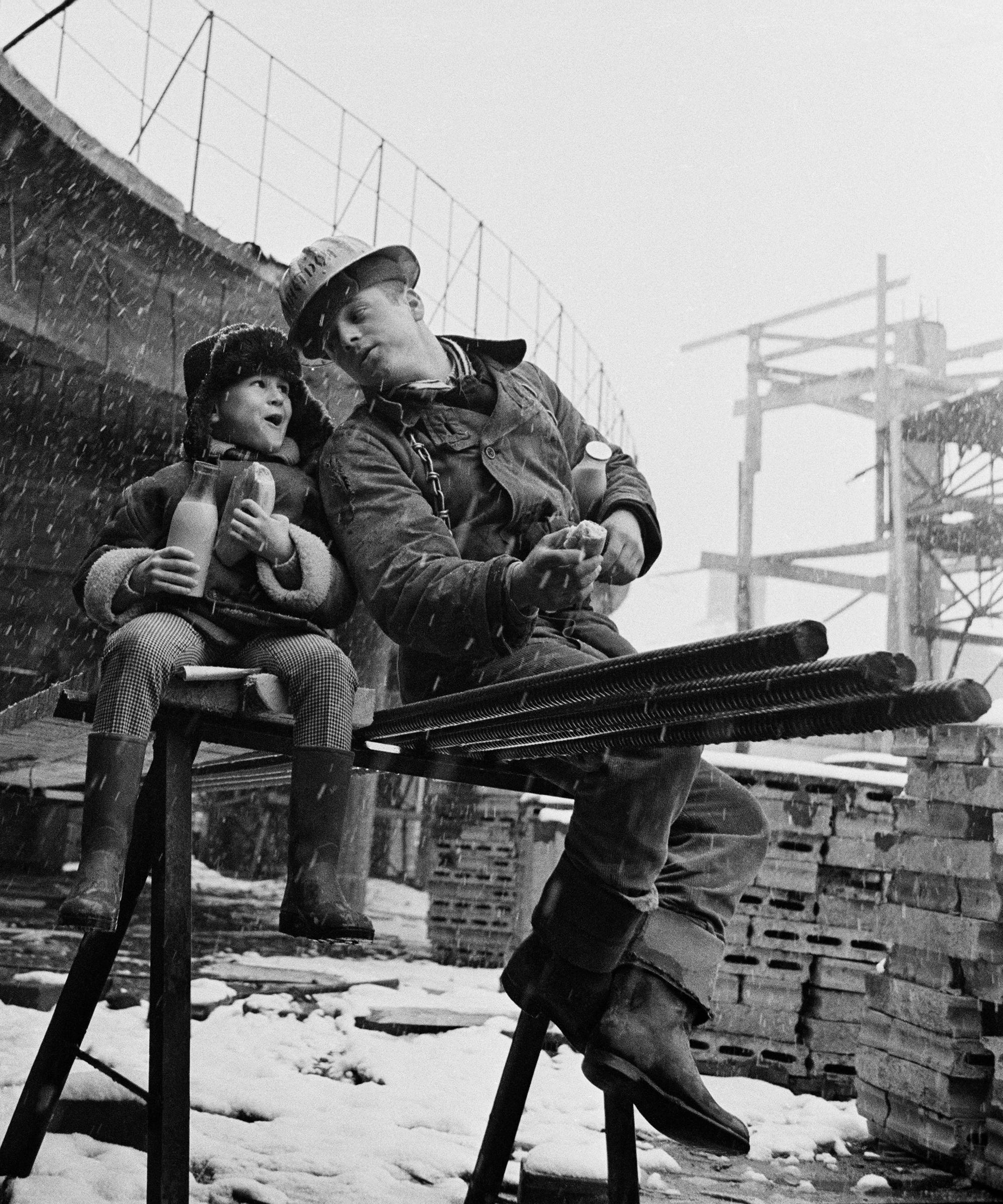"""Юрий Абрамочкин, роден през 1936 г., става фотограф съвсем случайно. Когато бил на 21 г., е нает на работа като инженер в """"Мосстрой"""", московска строителна компания. Понякога го молели да прави снимки на скиците и чертежите. През 1957 г. """"Мосстрой"""" му предлага да запечата процеса по преместване на сграда в Москва. По-късно същата година е поканен за фотограф на Фестивала за младежи и студенти, което го поставя на път, който, гледан от разстоянието на времето, изглежда предначертан. / """"Кратка почивка и ученически новини"""", 1965"""