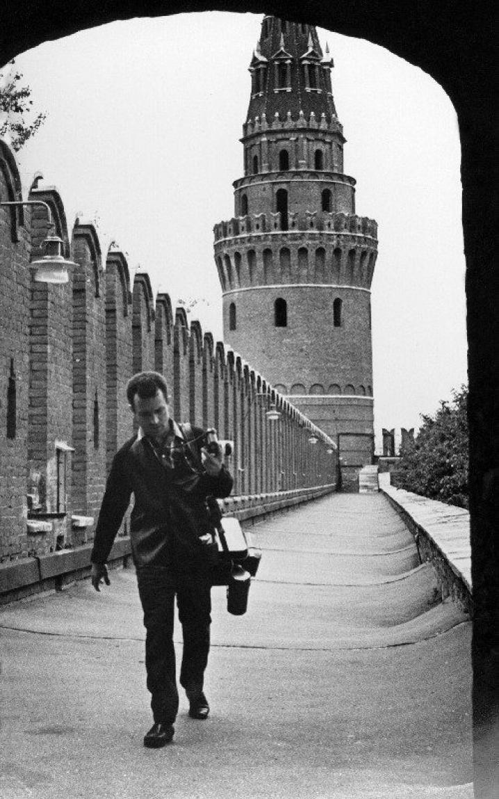 Абрамочкин използва различни методи, за да накара моделите си да се отпуснат. Основният му похват е да научи колкото се може повече за обекта, който ще снима, и казва, че е много важно да се комуникира. / Юрий Абрамочкин върви край стените на Кремъл, Москва