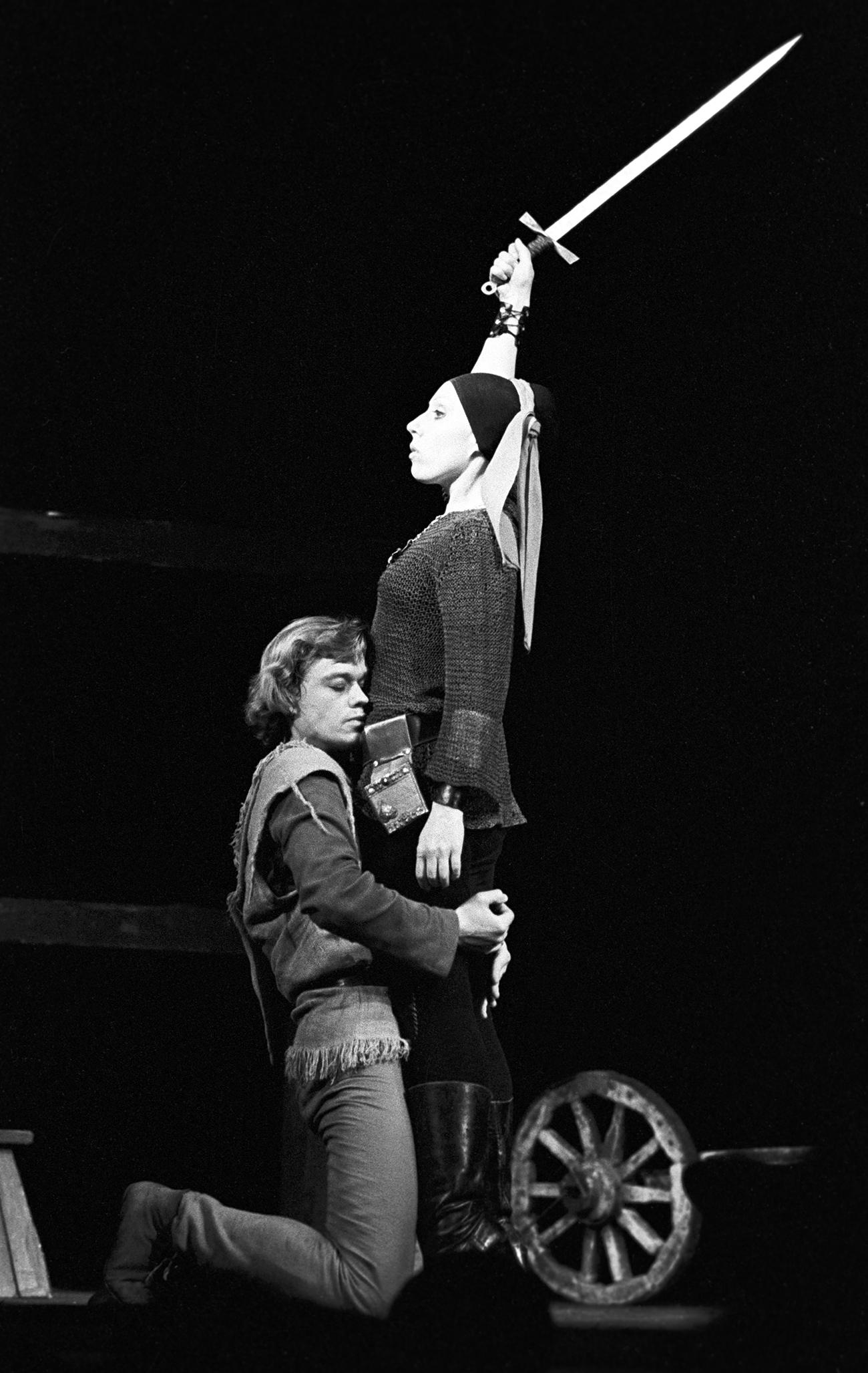 Nikolaï Karatchentsov et Inna Tchourikova interprètent le rôle de Till Eulenspiegel et de Nele dans la pièce Till l'Espiègle basée sur l'œuvre de l'écrivain belge Charles De Coster en 1983. Crédit: Iouri Lizounov / TASS