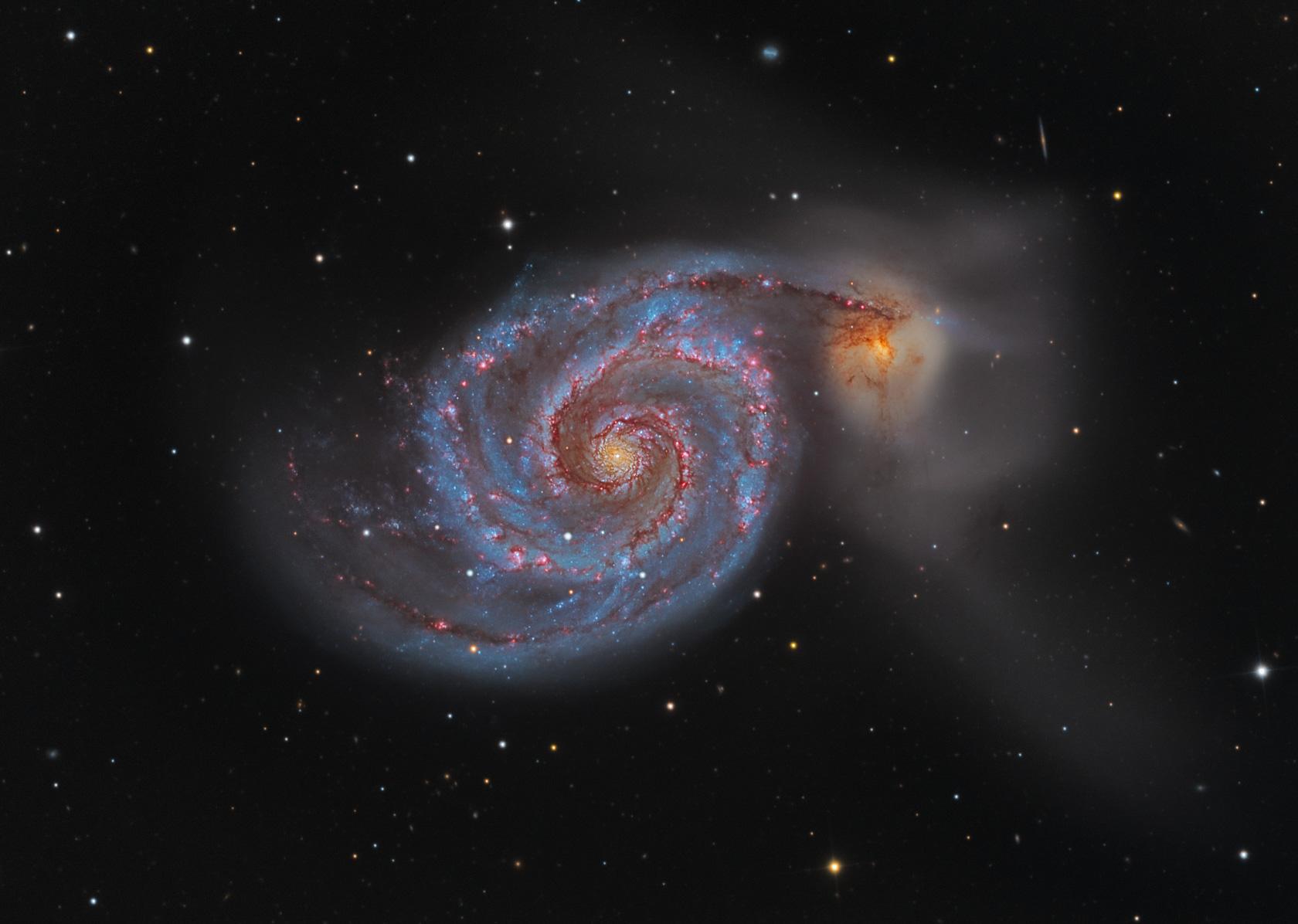 """La galassia vortice M51 non è molto lontana da un'altra più piccola, chiamata NGC 5195. La forma a spirale suggerisce l'ipotesi che la galassia principale abbia """"attratto"""" tutta la materia verso di lei, formando un immenso vortice"""