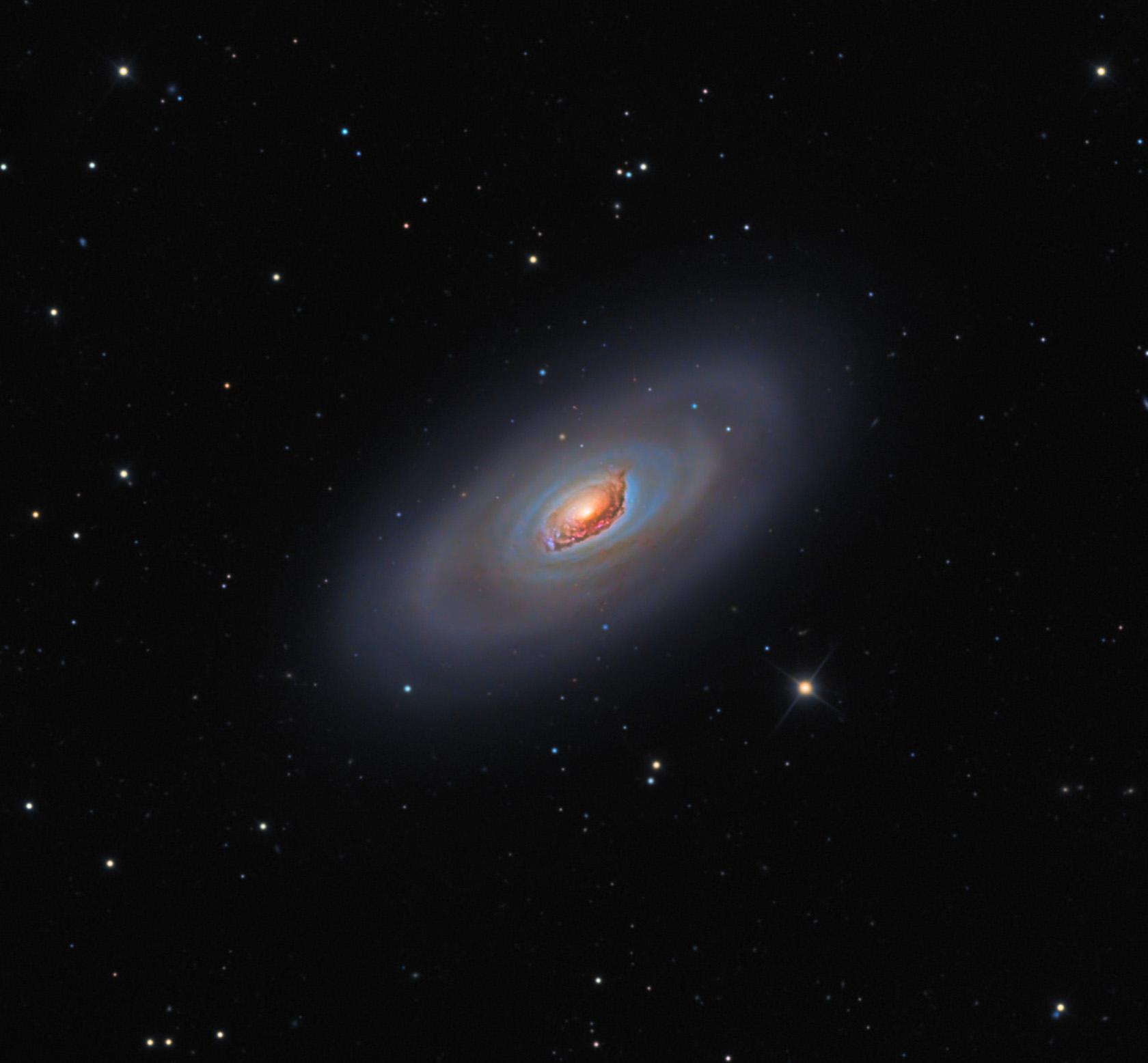La Galassia Occhio Nero, conosciuta anche come Galassia M64, è una galassia a spirale, dalla forma a girandola, ed è ben visibile anche con piccoli telescopi