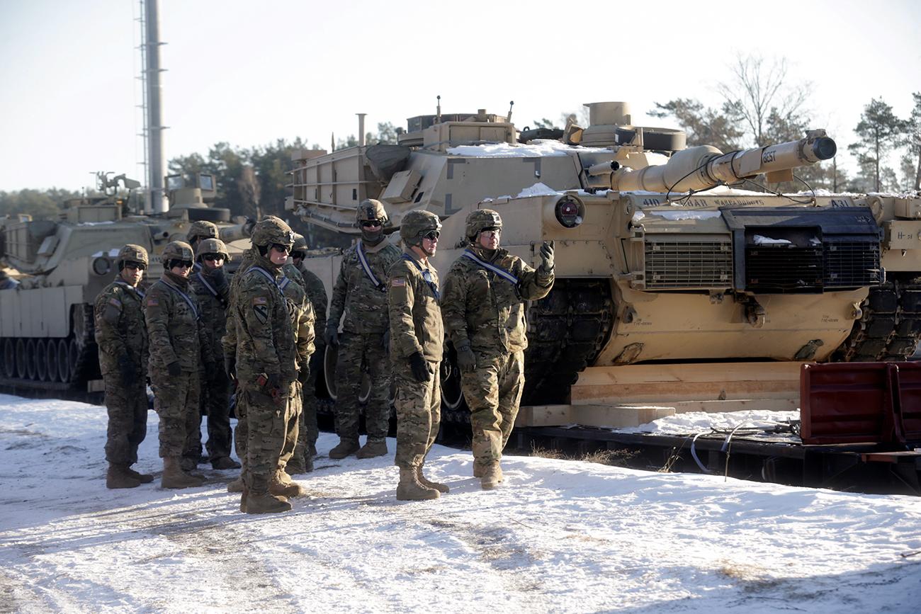 Ameriški vojaki ob tankih M1 Abrams, ki sodelujejo v Latviji v okviru Natove operacije Atlantska odločnost. Garkalne, Latvija, 8. februar 2017.