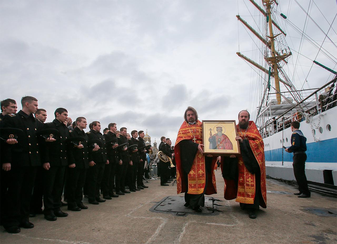 Due sacerdoti con l'icona del Santo principe Vladimir durante una cerimonia militare a San Pietroburgo, 28 aprile 2015\n
