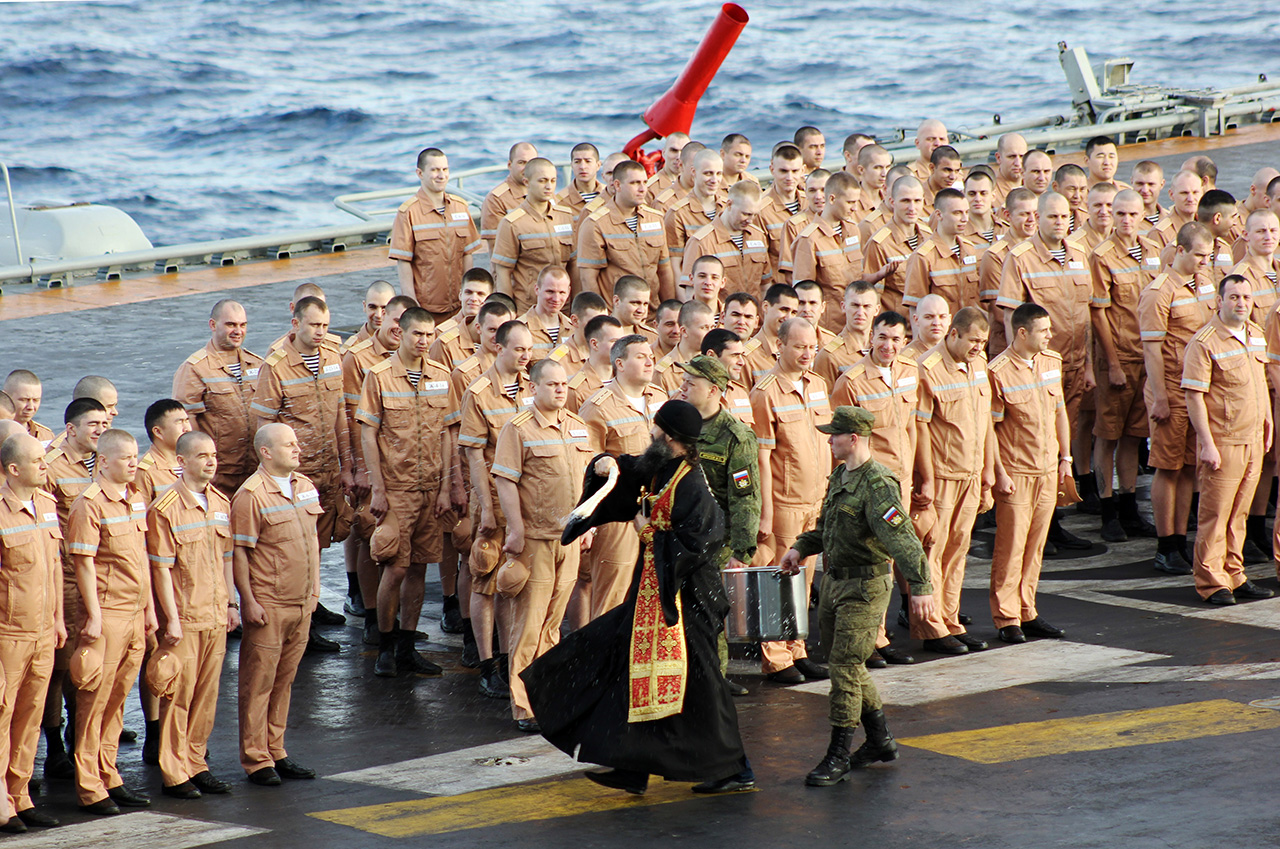 Russian Orthodox priest and Russian servicemen on the Admiral Kuznetsov aircraft carrier going to the Mediterranean Sea, Oct. 20, 2016. / Photo: Andrei Luzik/TASS