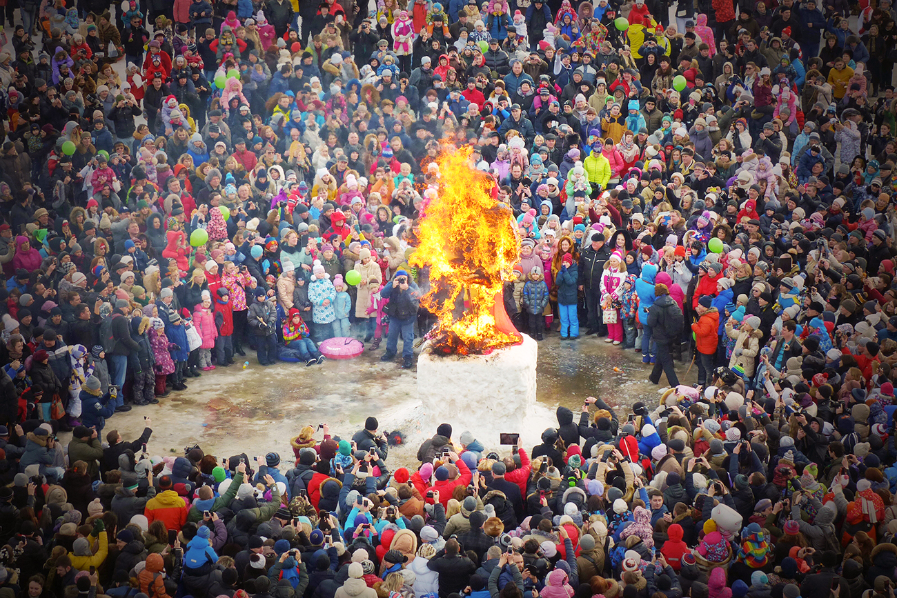 Zažiganje slamnate Zime med festivalom v Suzdalu. Vir: Vladimir Vjatkin/RIA Novosti