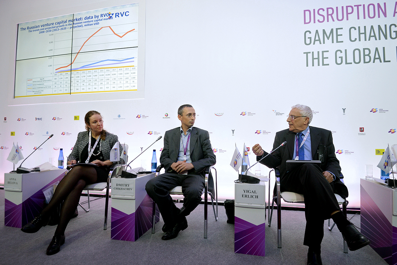 "De gauche à droite : Anna Belova (RVC), Dmitri Chikhachev (Runa Capital) et Yigal Erlich (Yozma Group) au Forum ""Open Innovations"" à Moscou."