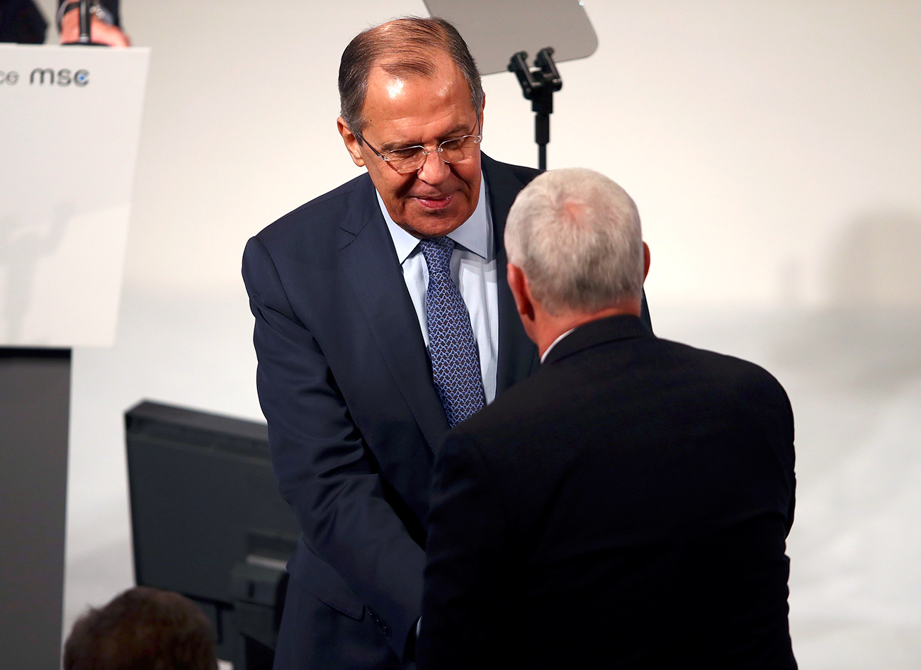 Il ministro russo degli Esteri Sergej Lavrov, a sinistra, stringe la mano al vicepresidente Usa Mike Pence durante la Conferenza sulla Sicurezza di Monaco, 18 febbraio 2017.