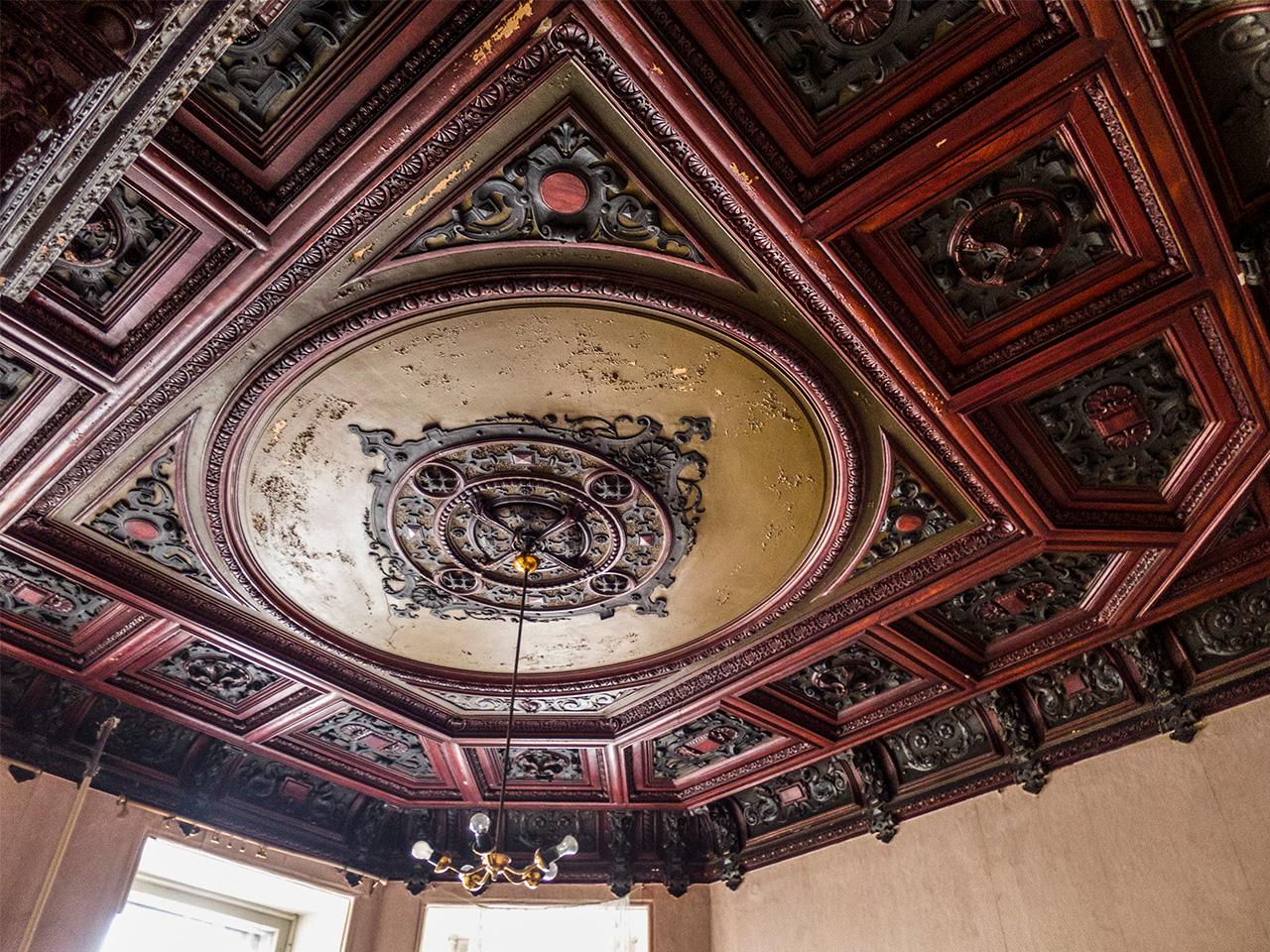 """Максим намира и публикува в Instagram снимки на стари печки, гипсови корнизи, бивши бални зали и зазидани врати. Интериорът на една от най-известните комуналки в Санкт Петербург, разположена на ул. """"Суворов"""" 11, например, е от 1904 година. Според """"Вилидж"""" апартаментът може би в миналото е бил театър, тъй като вътре има предмет с формата на цокъл. Наемателите първоначално предполагат, че красивият таване а направен от дърво, но след няколко години той пада. Оказва се, че материалът е гипс."""