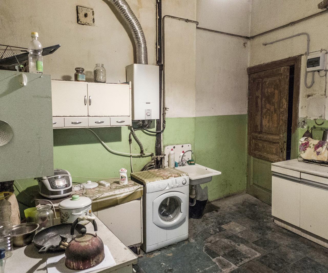 """Интериорът на комуналните апартаменти е запазен най-добре, защото жителите им очакват да ги изселят и не ги ремонтират, обяснява Максим. """"Ремонт"""" в Русия обикновено означава сриване до основи и строене на всичко наново. Разбира се, някои от тези апартаменти са доста западнали, защото хората, които живеят там, не се грижат за тях. Но """"евроремонтът"""" (ремонтът по европейски) ги разрушава още повече, казва той."""