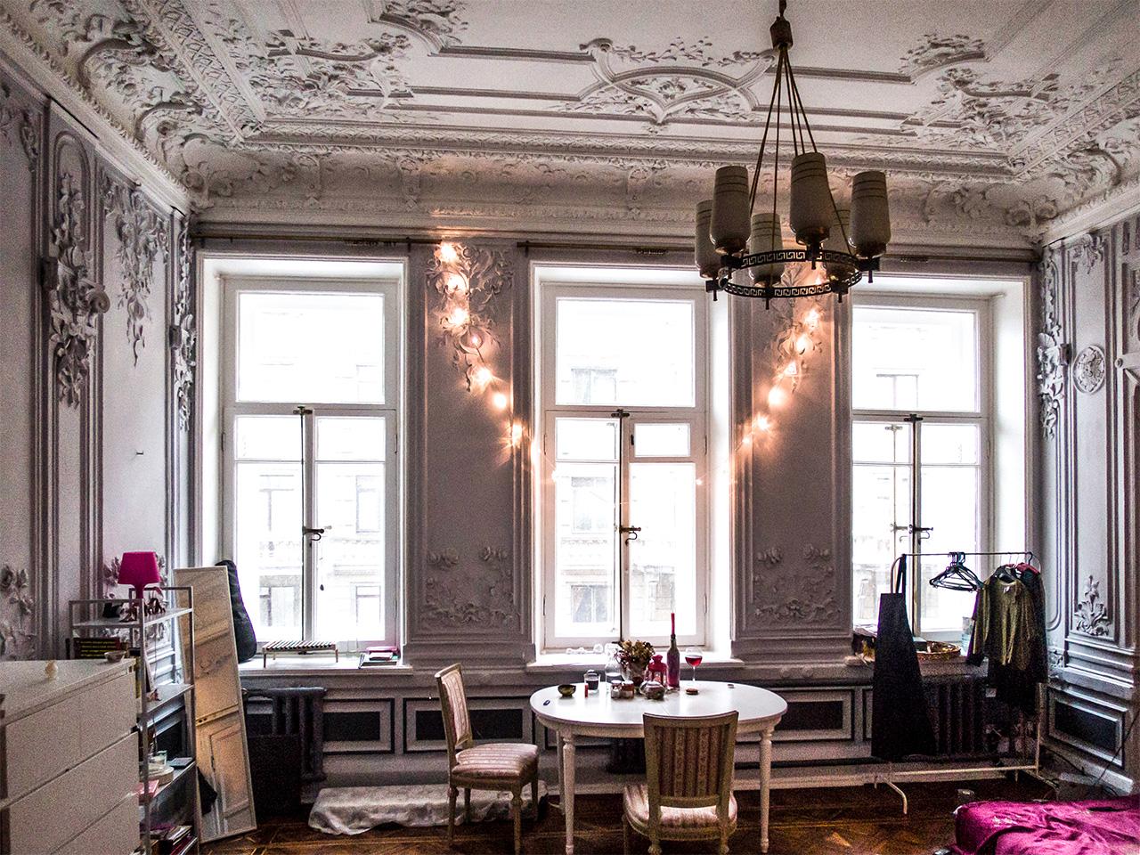 От цяла Русия Санкт Петербург е градът с най-много комунални апартаменти. Тези огромни помещения с множество стаи и комунални коридори, кухни и бани все още се срещат на всеки ъгъл. По данни от 2015 г. в града има около 85 000 такива апартаменти.