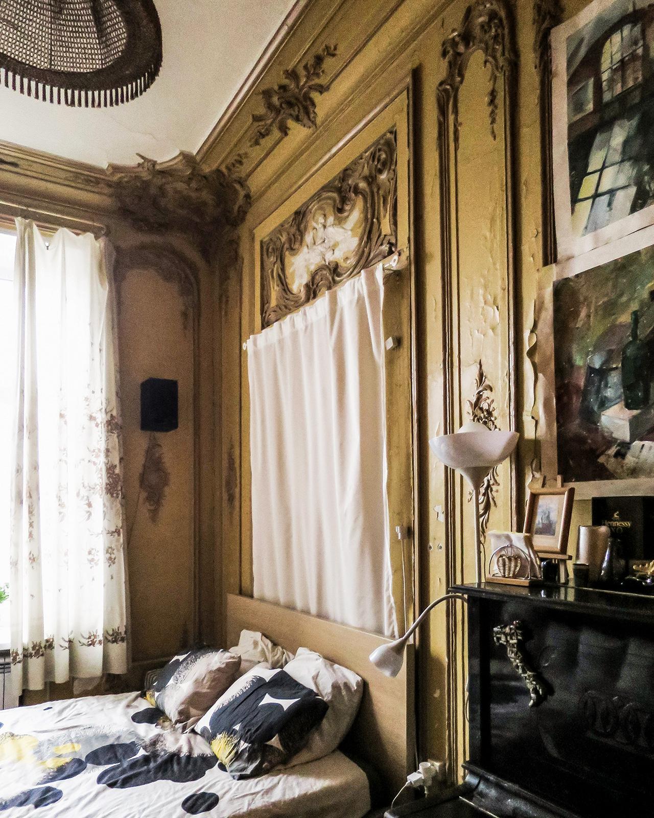 След революцията през 1917 г. болшевиките вземат апартаментите на богатите и ги превръщат в комуналки: те ги разделят на отделни стаи и така в тях могат да живеят възможно най-много хора. Стените постоянно се местят, така че днес често може да се види дърворезба на тавана на обикновен килер.