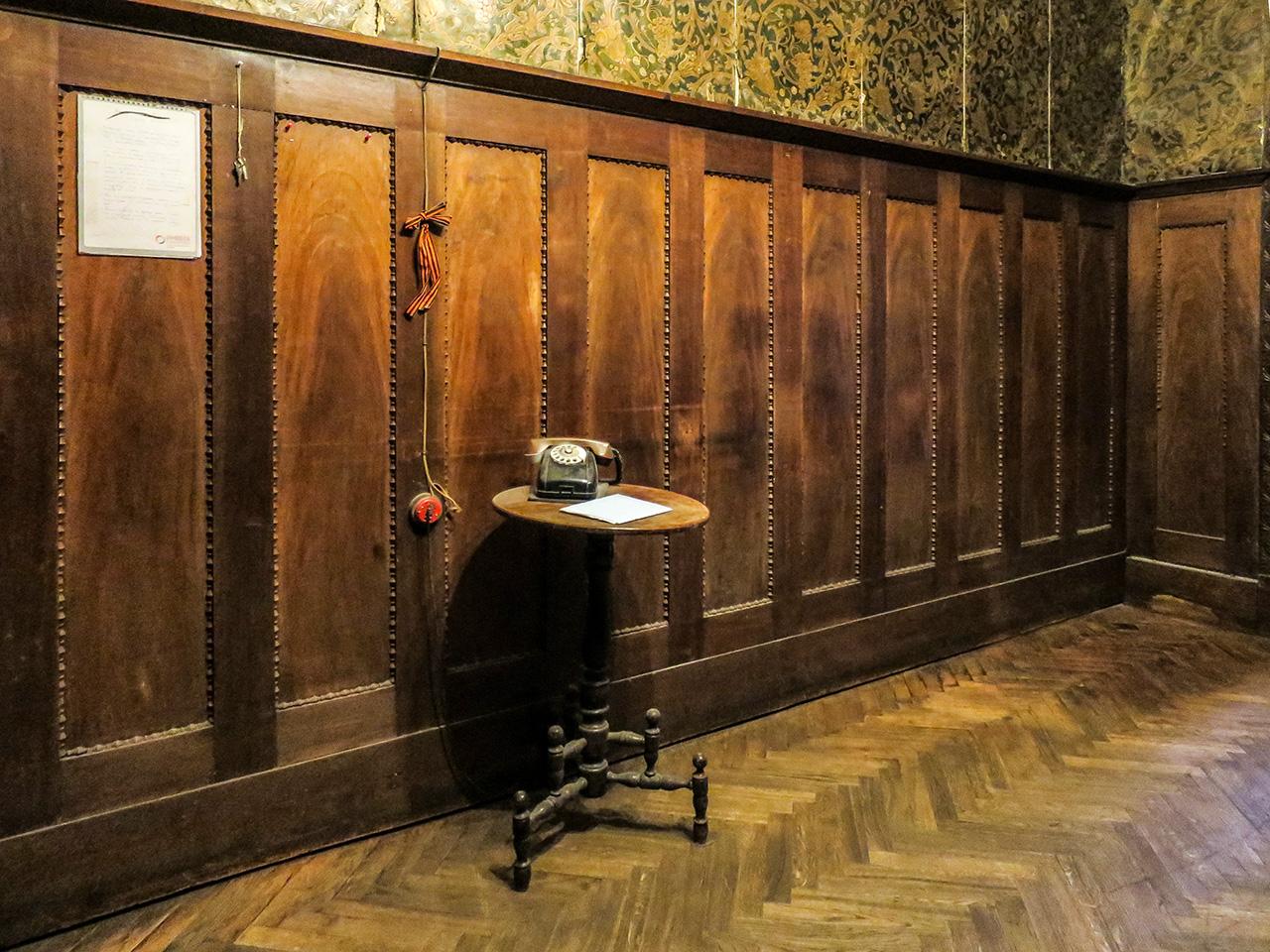 """Един от историческите елементи в този апартамент, оцелял през времето, е задната врата, която са използвали Распутин и убиецът му Феликс Юсупов. Преди век, в нощта на 30 декември 1916 г., те излезли през тази врата и тръгнали към двореца на Юсупов на р. Мойка. Няколко часа по-късно Распутин е убит.След революцията петстайният апартамент на Распутин е превърнат в комуналка, която в момента е почти изцяло населена от хора. Според Максим последният ѝ жител си купил стая тук именно заради връзката с Распутин. Той е художник и рисува портрети на лудия монах в апартамента.""""Комуналките създават определена психология. Не са редки случаите, в които хората отказват да се изнесат, защото се нуждаят от компанията и общуването, съпътстващи живота на подобно място; нуждаят се дори от враждите и адреналина"""", казва исторкикът Юрий Кружнов. """"Но днес повечето жители имат отрицателно отношение към комуналките""""."""